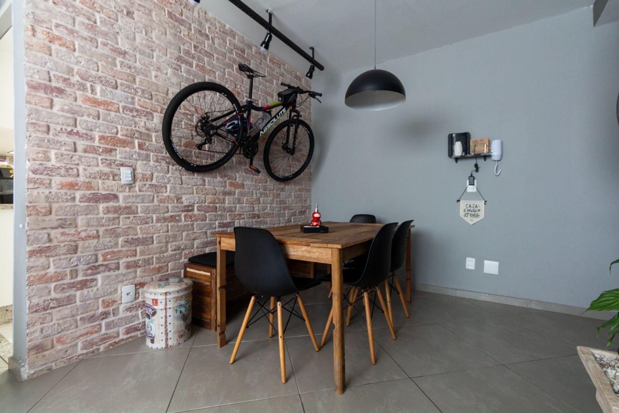 Nesta foto há bicicleta, cadeira, garrafa