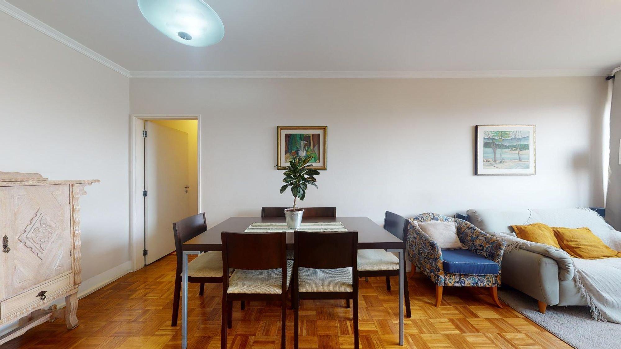 Foto de Sala com vaso de planta, sofá, cadeira, mesa de jantar, xícara