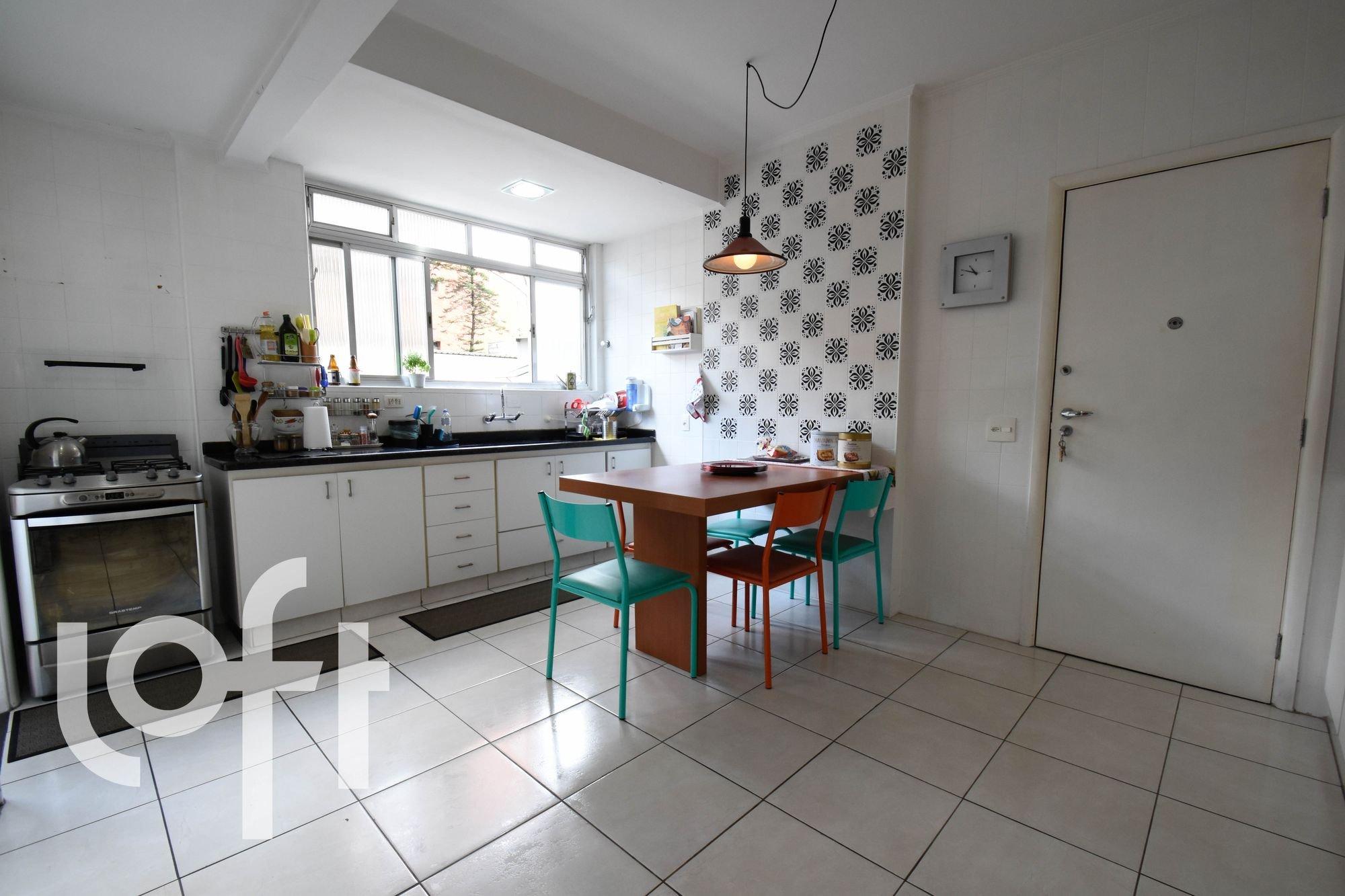 Foto de Cozinha com vaso de planta, garrafa, forno, pia, cadeira