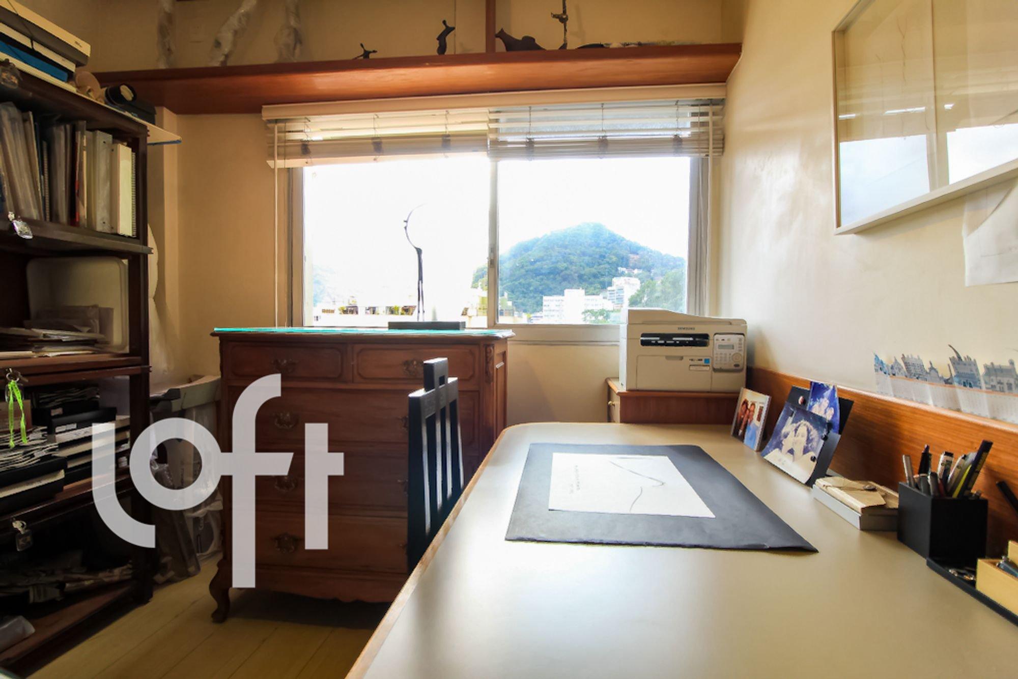 Foto de Cozinha com mesa de jantar, livro