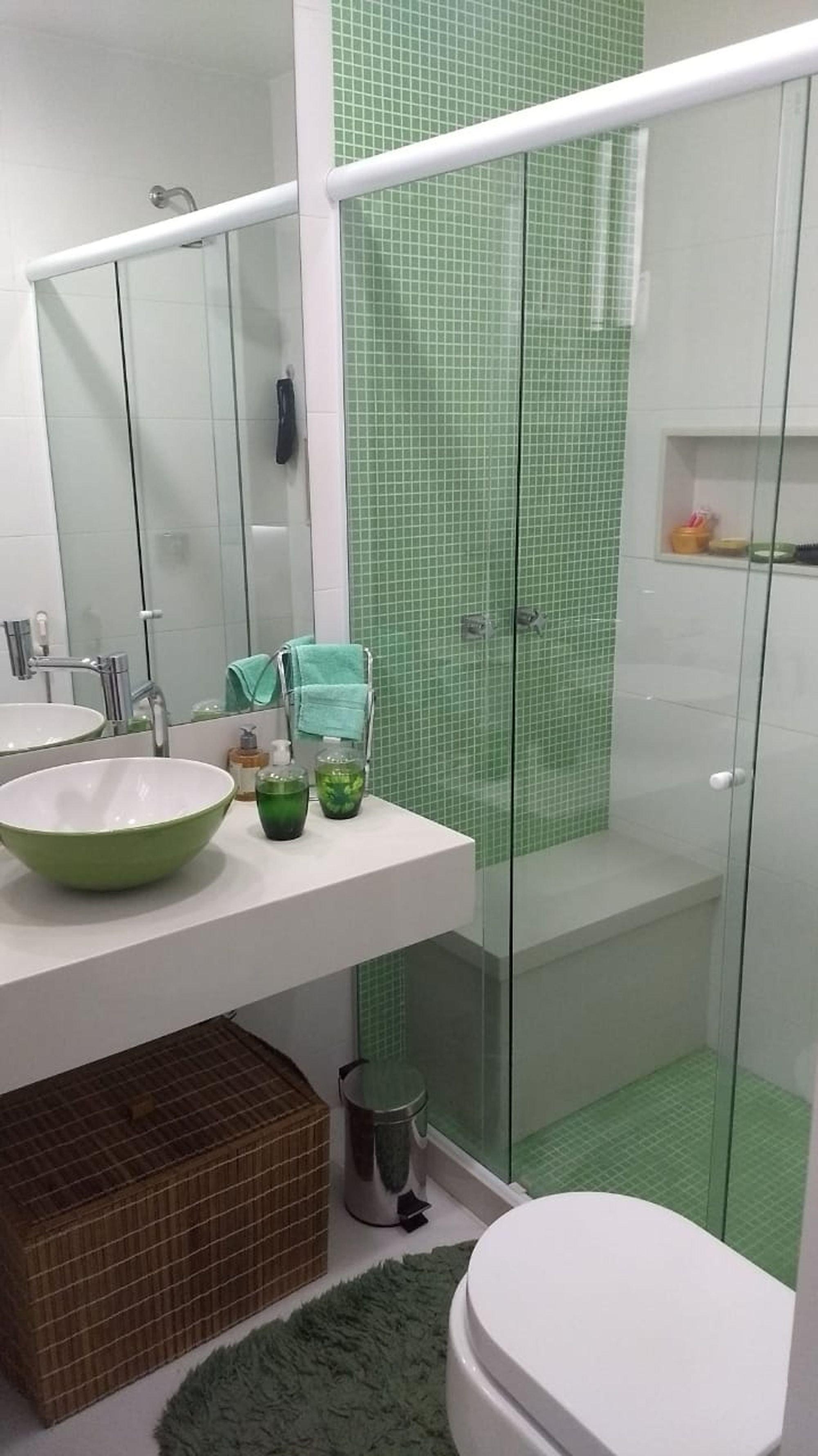 Foto de Banheiro com tigela, vaso sanitário