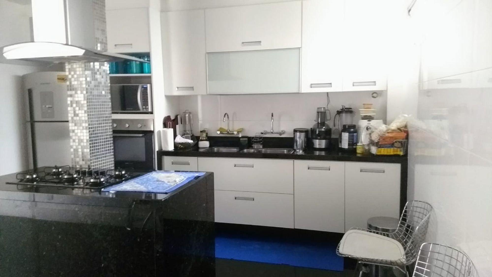 Foto de Cozinha com garrafa, pia, cadeira, microondas, xícara