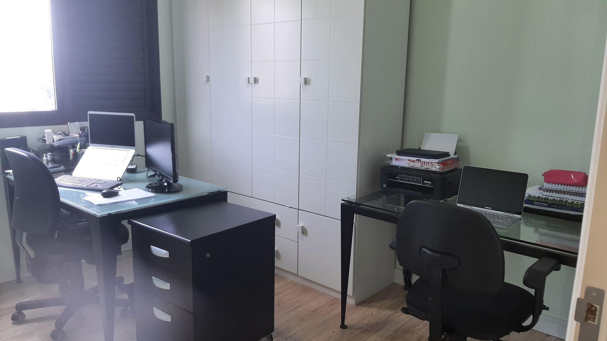 Foto de Quarto com teclado, mouse, computador portátil, cadeira, livro