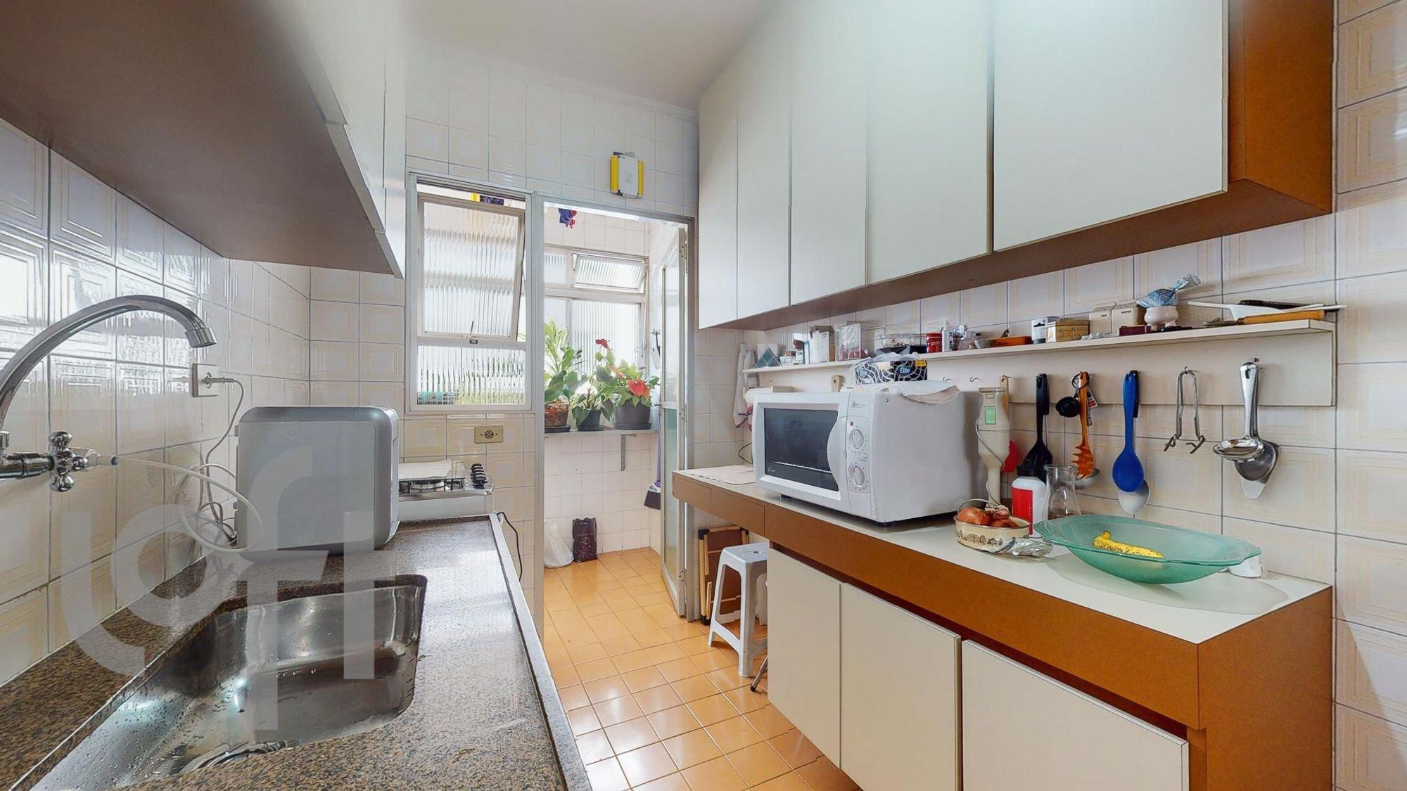 Foto de Cozinha com vaso de planta, colher, tigela, microondas