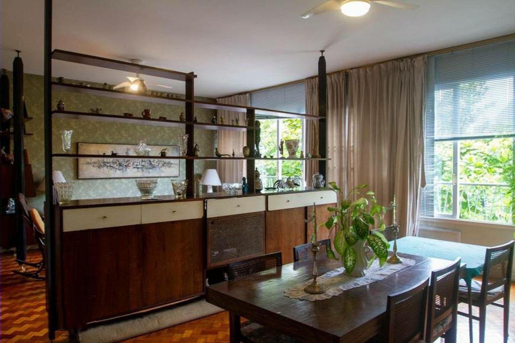 Foto de Sala com vaso de planta, vaso, cadeira, mesa de jantar