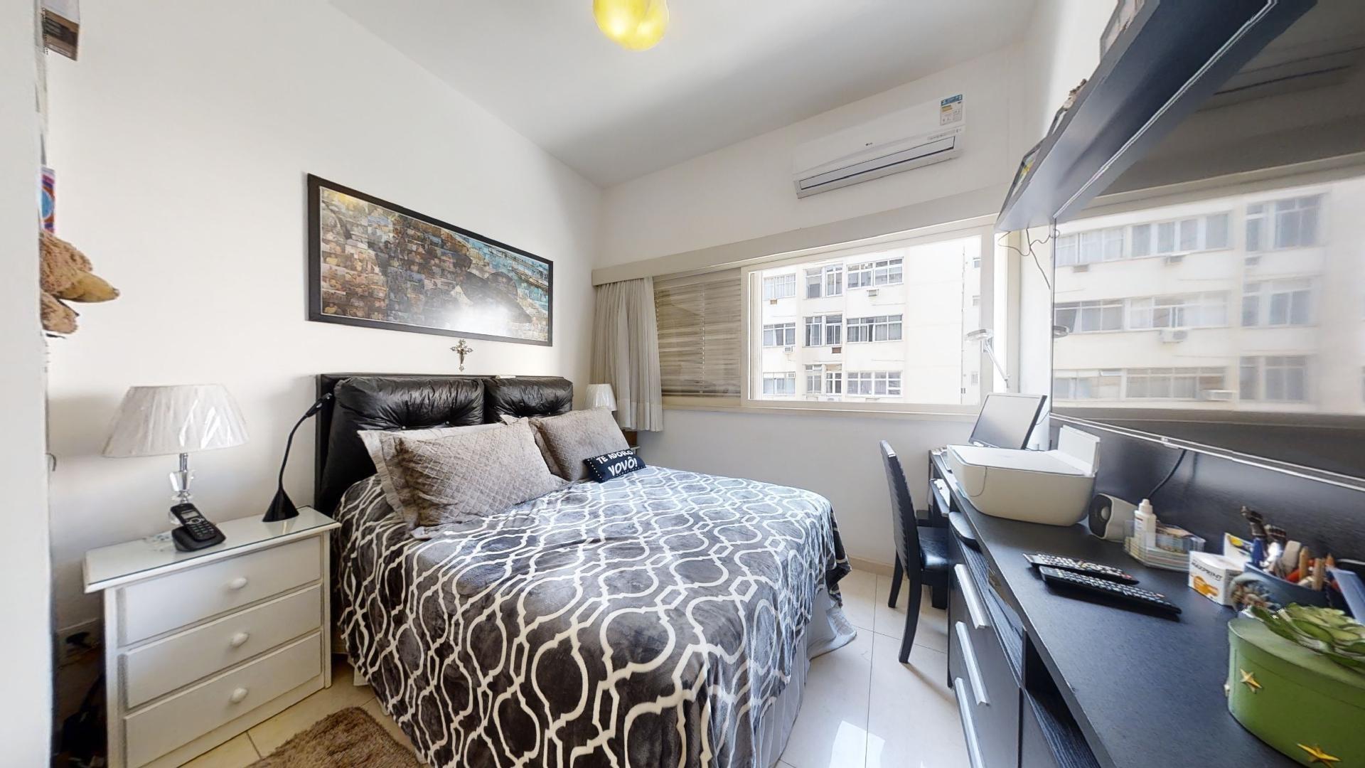 Foto de Quarto com cama, controle remoto, cadeira