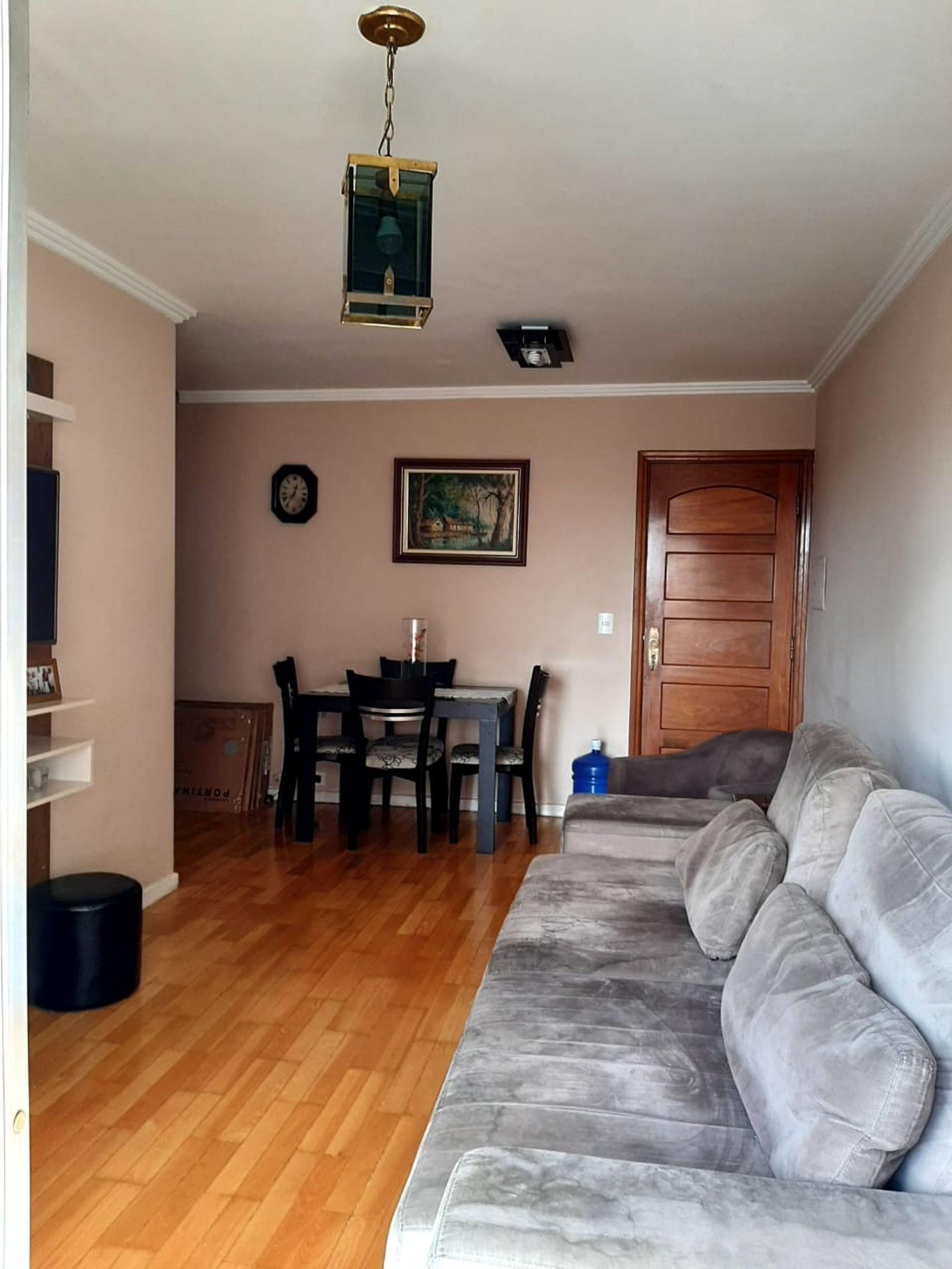 Foto de Sala com cama, cadeira, relógio