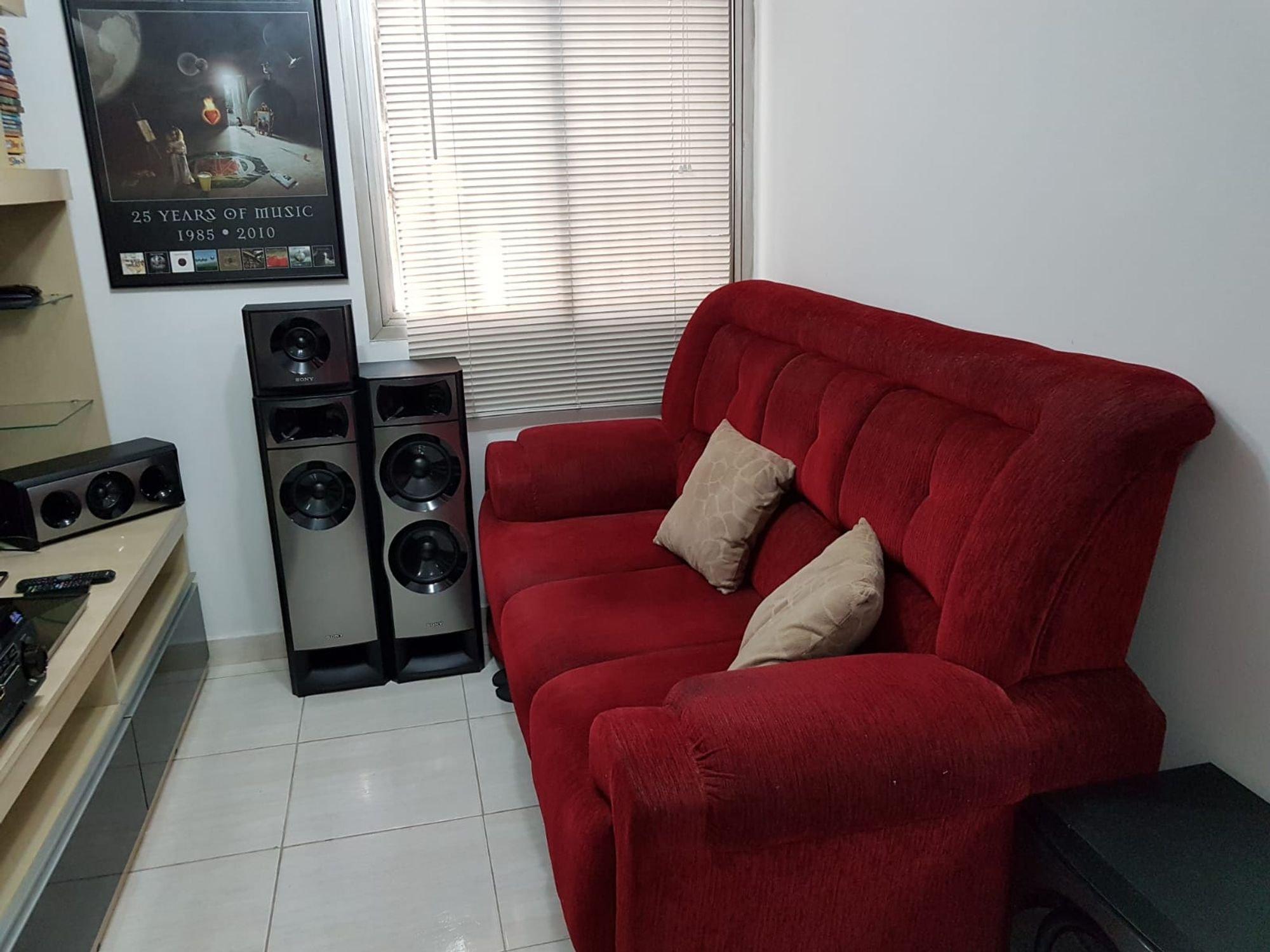 Foto de Sala com forno, sofá
