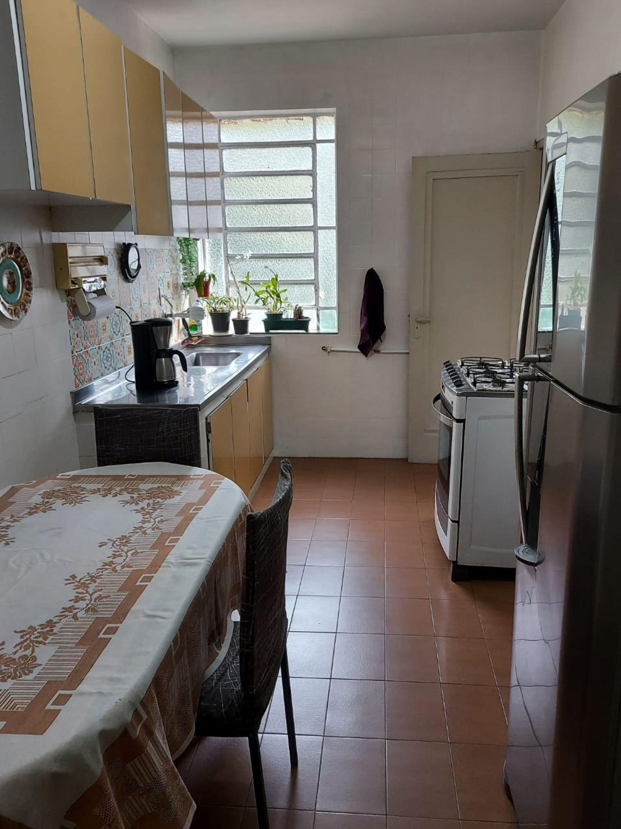 Foto de Cozinha com vaso de planta, forno, geladeira, pia, cadeira, mesa de jantar