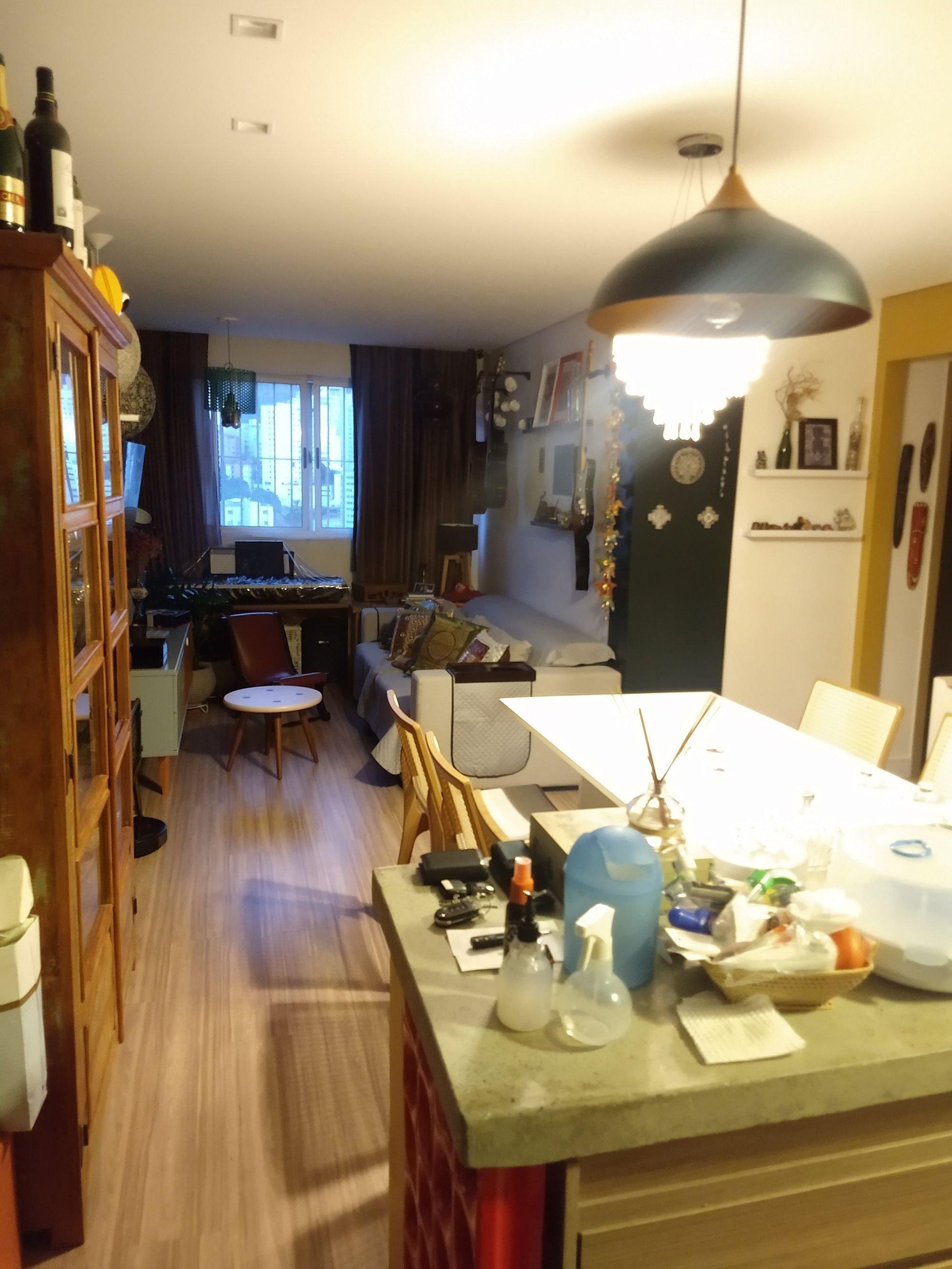 Foto de Sala com cadeira, garrafa