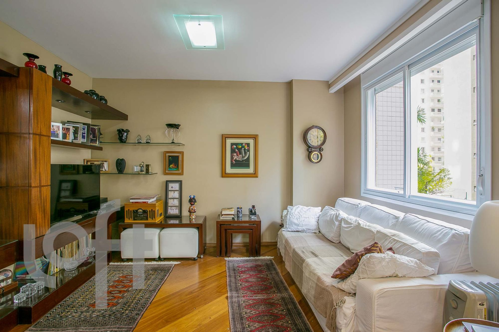 Foto de Sala com sofá, vaso, relógio