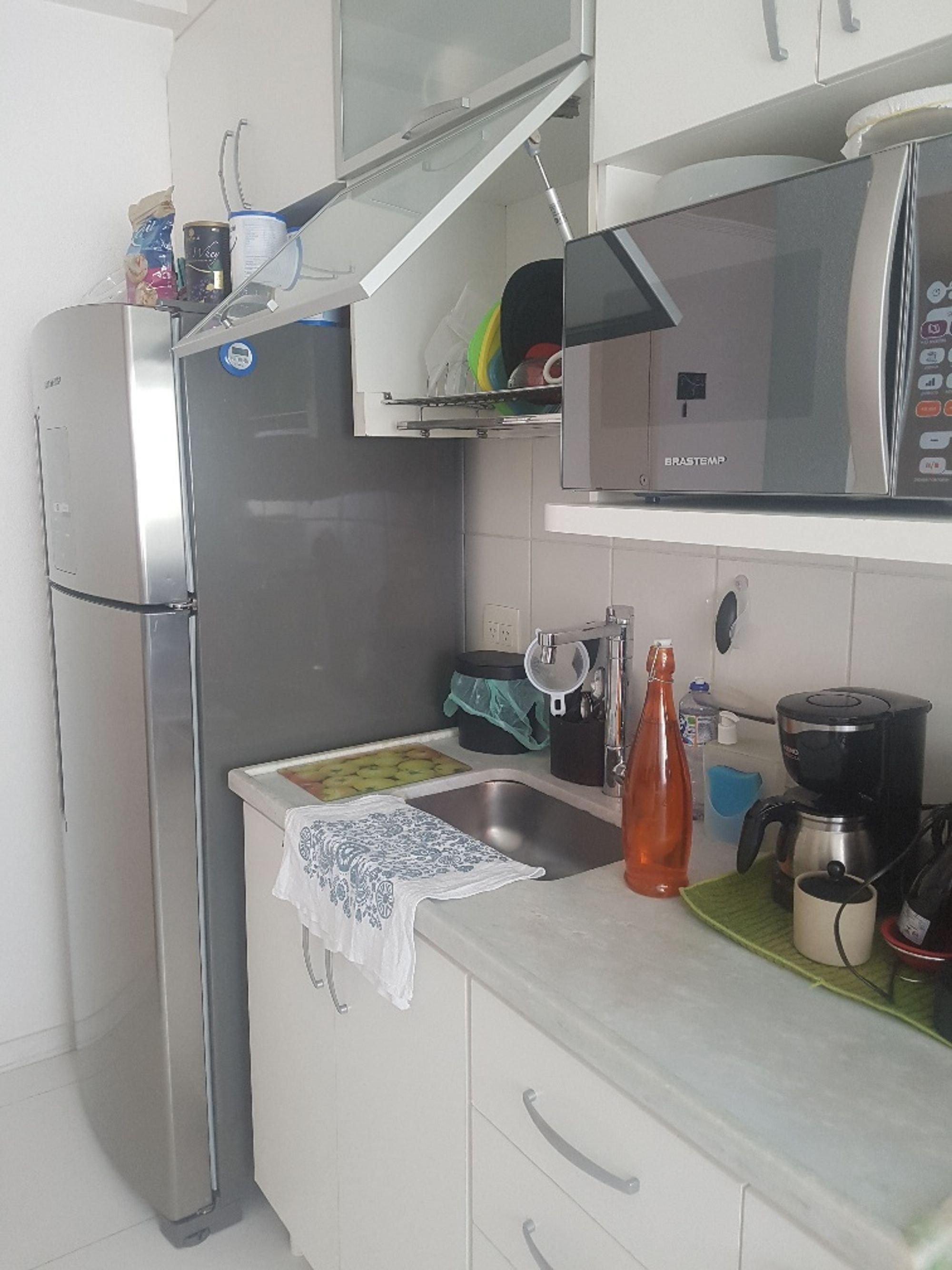 Foto de Cozinha com garrafa, geladeira, pia, xícara