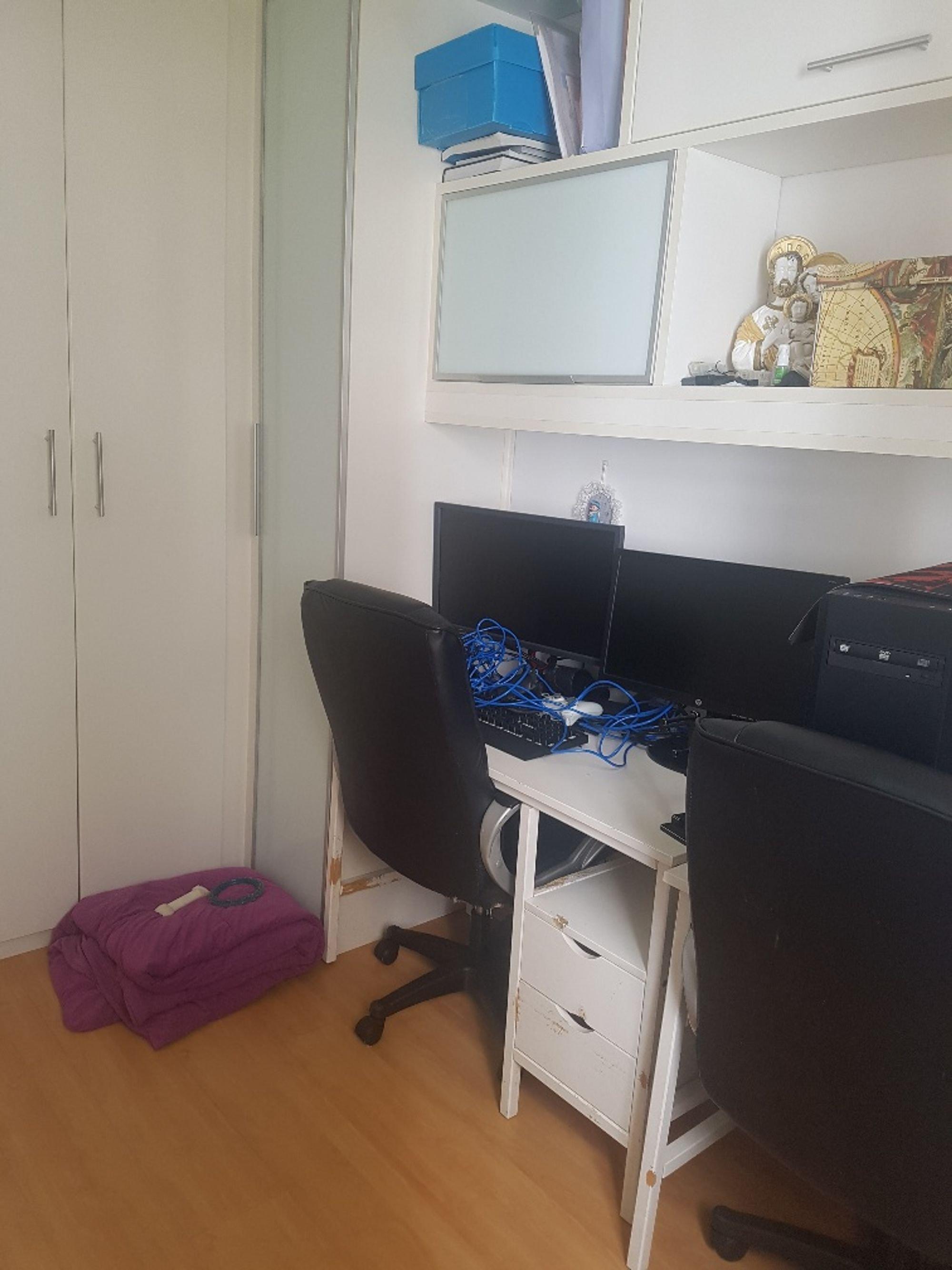 Foto de Quarto com computador portátil, televisão, cadeira