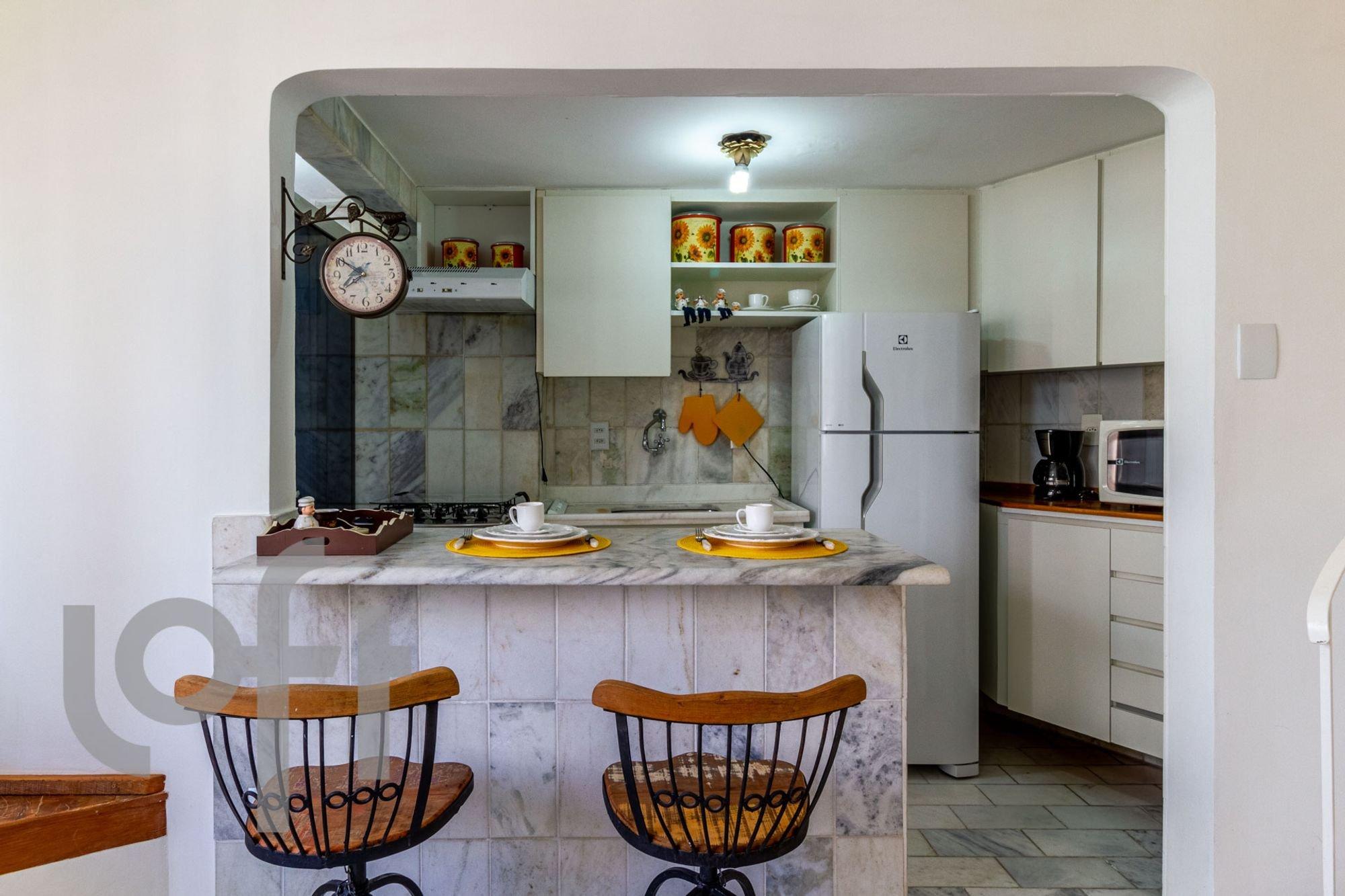Foto de Cozinha com relógio, geladeira, cadeira, microondas, xícara