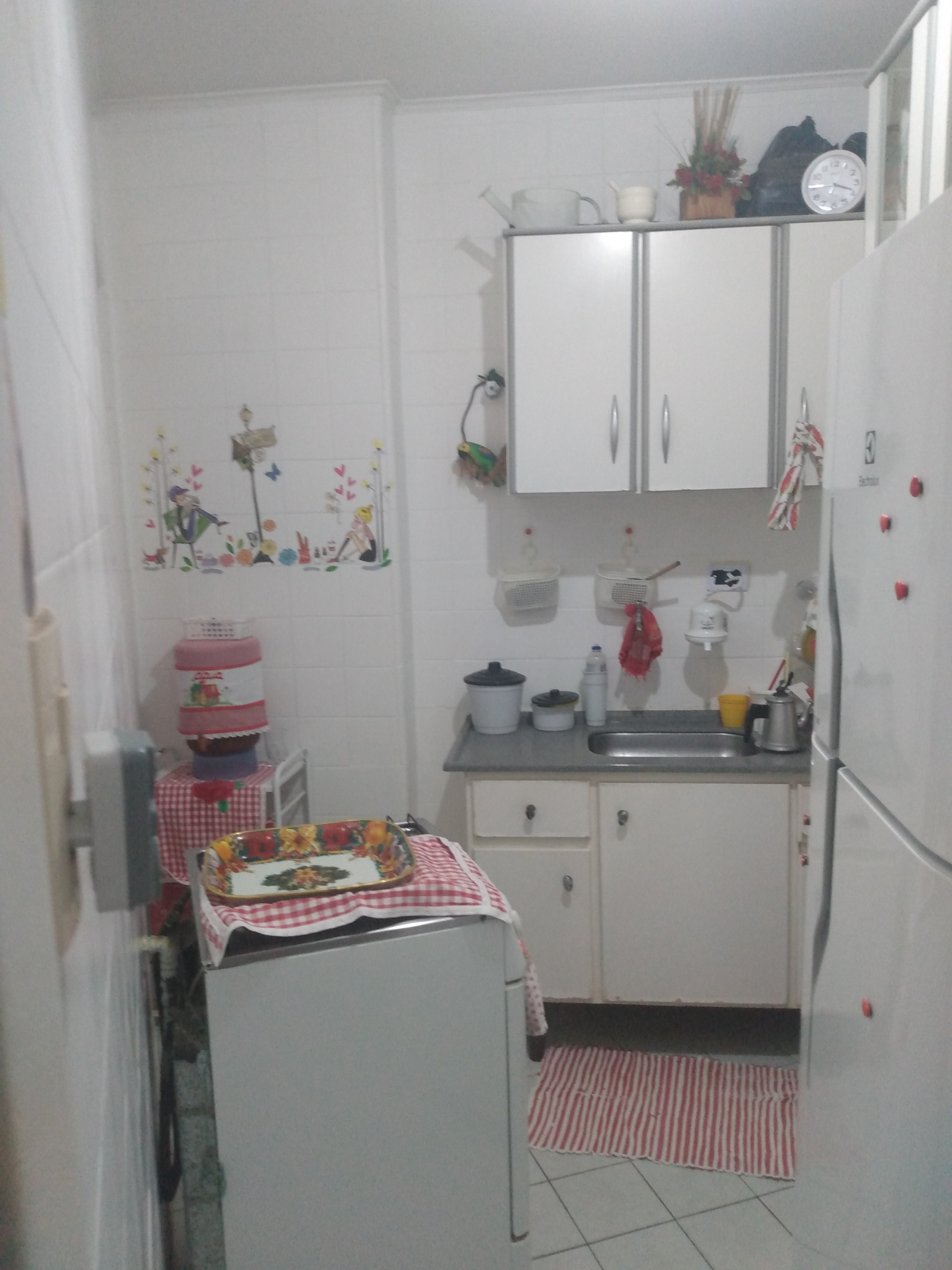 Foto de Cozinha com relógio, garrafa, tigela, geladeira, xícara