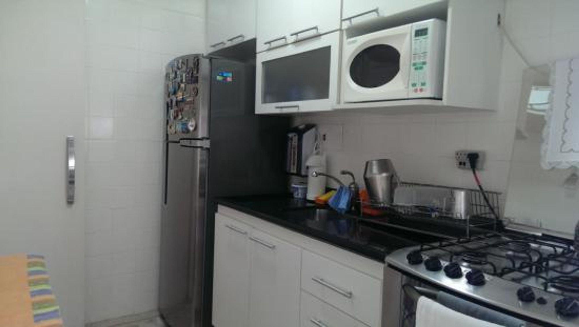 Foto de Cozinha com forno, geladeira, microondas, xícara