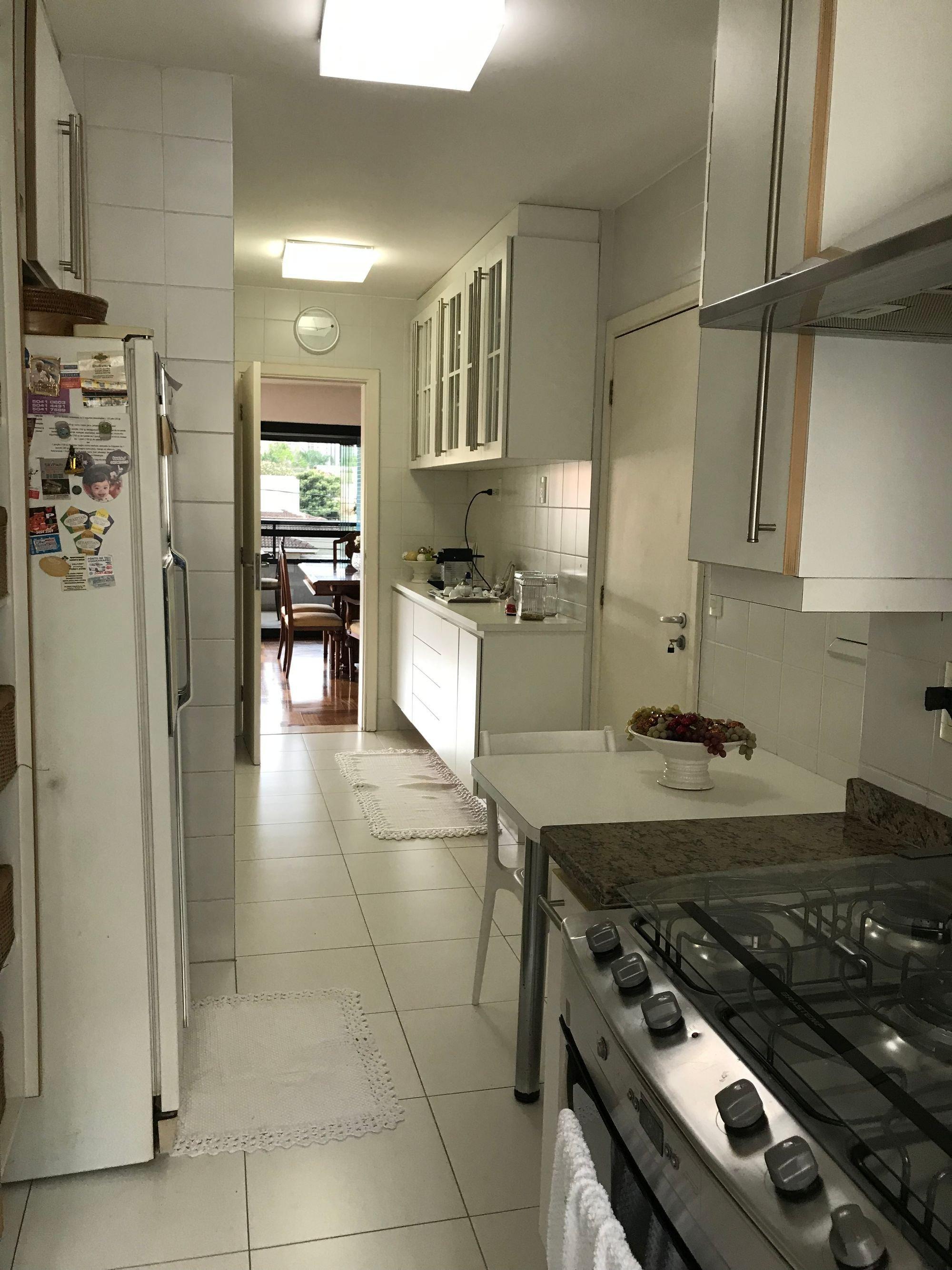 Foto de Cozinha com vaso de planta, vaso, forno, geladeira, cadeira, pia