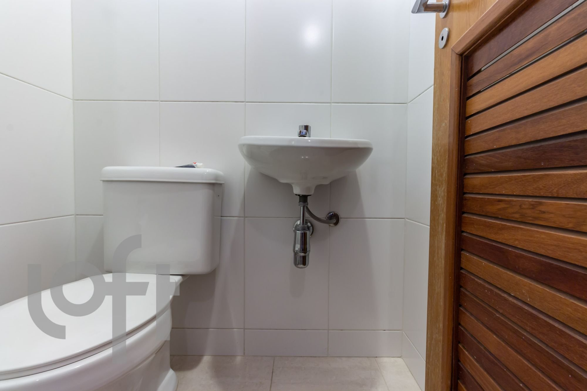 Foto de Banheiro com escova de dente, pia, xícara