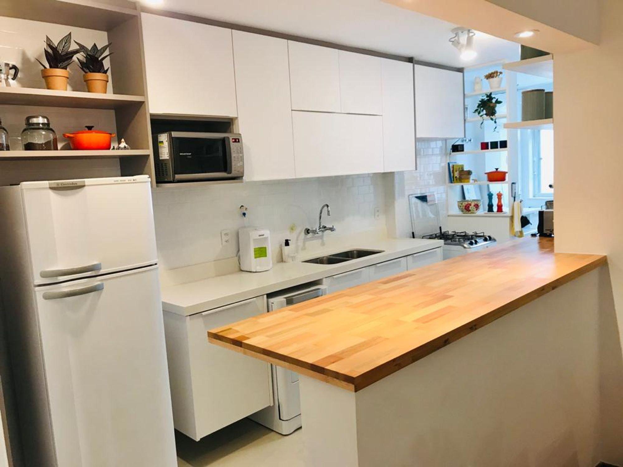 Foto de Cozinha com vaso de planta, tigela, geladeira, pia, microondas