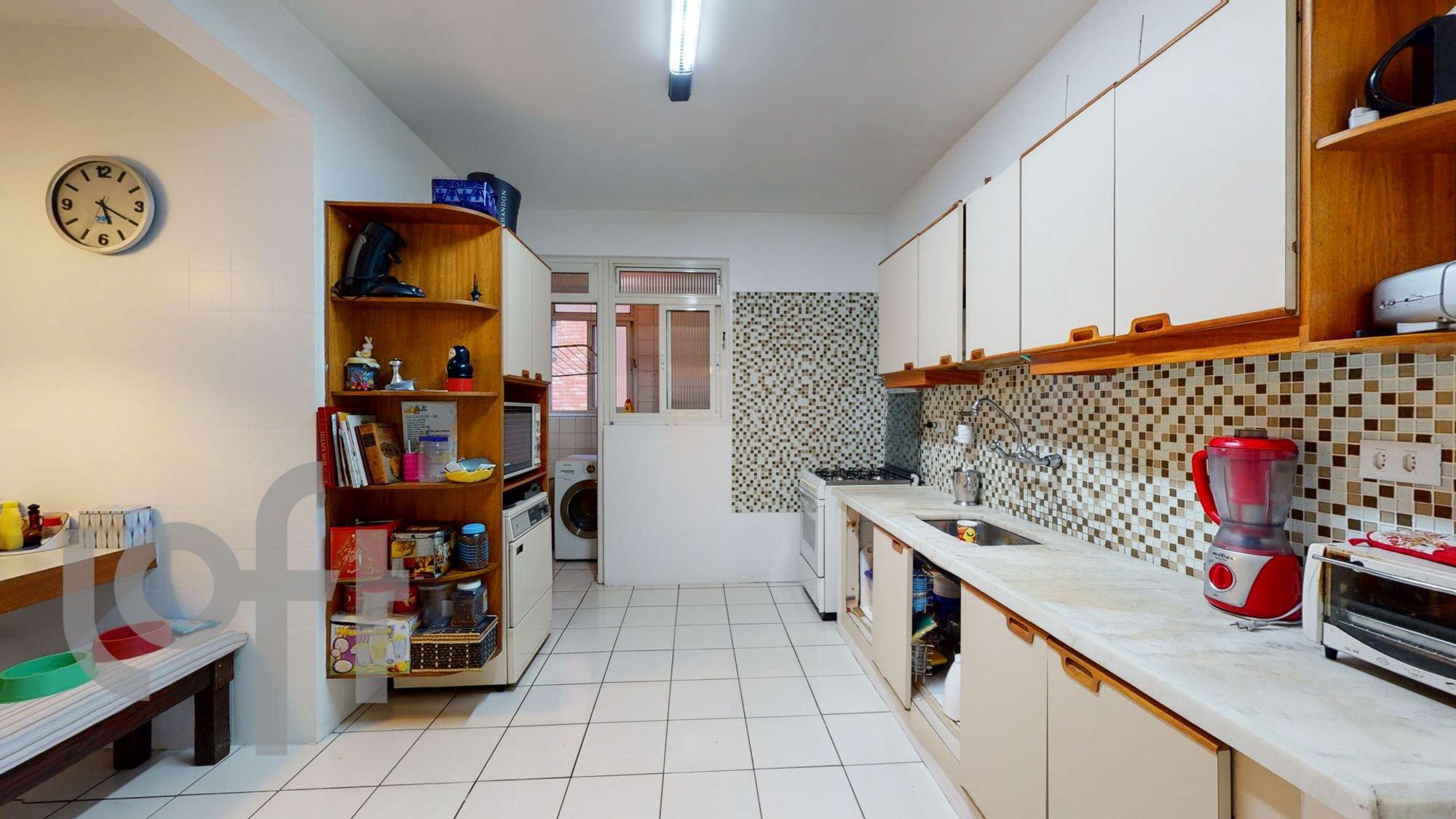 Foto de Cozinha com garrafa, relógio, pia, microondas, livro