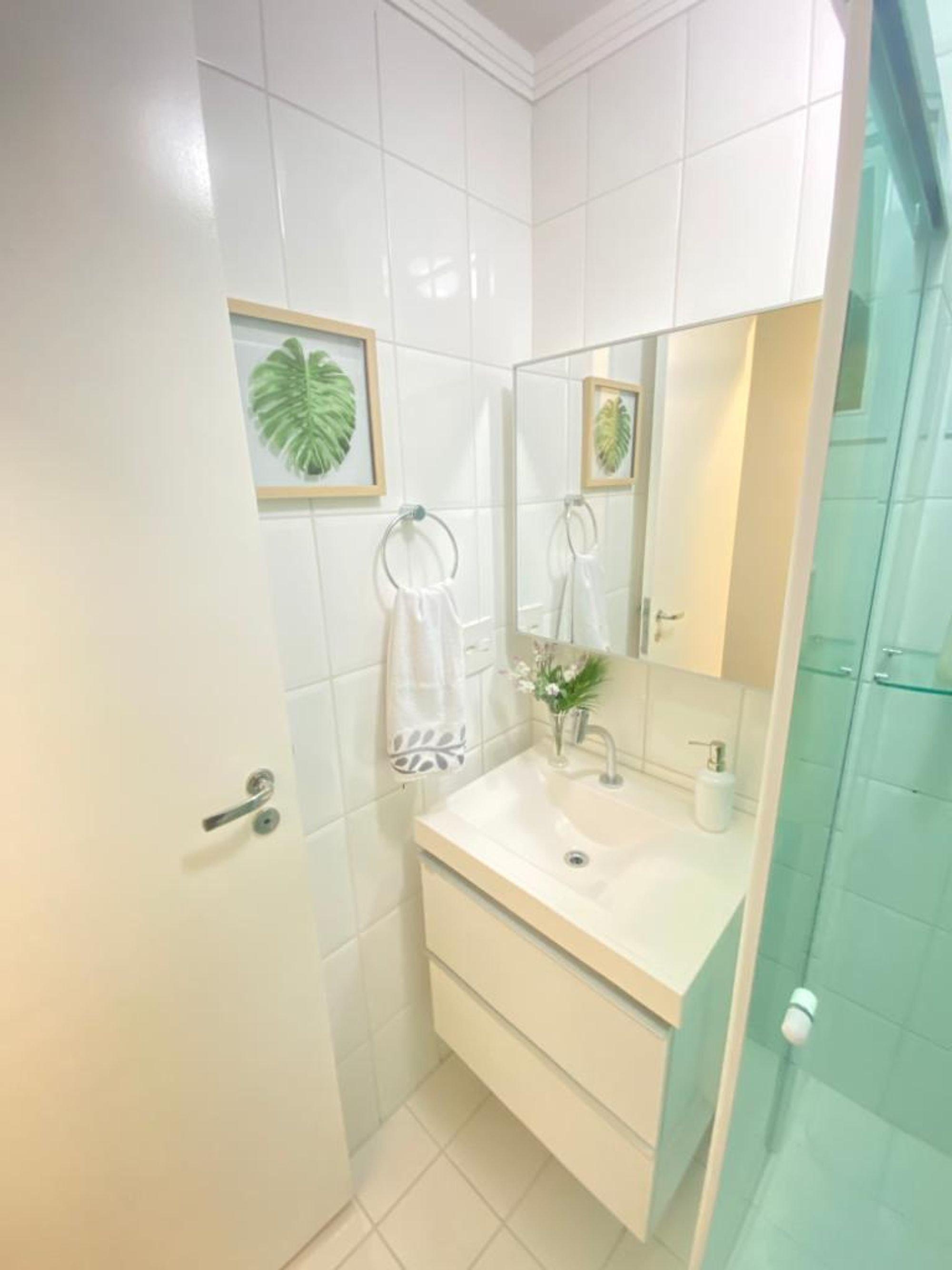Foto de Banheiro com vaso de planta