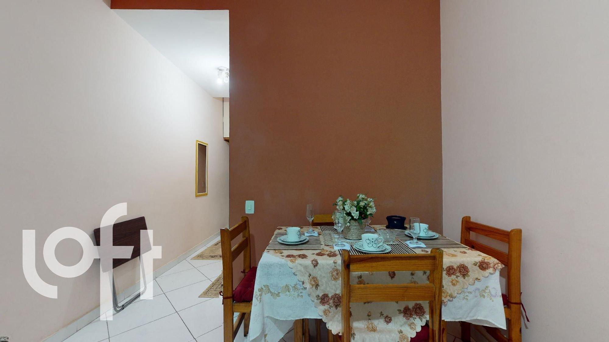 Foto de Sala com vaso de planta, copo de vinho, vaso, cadeira, mesa de jantar