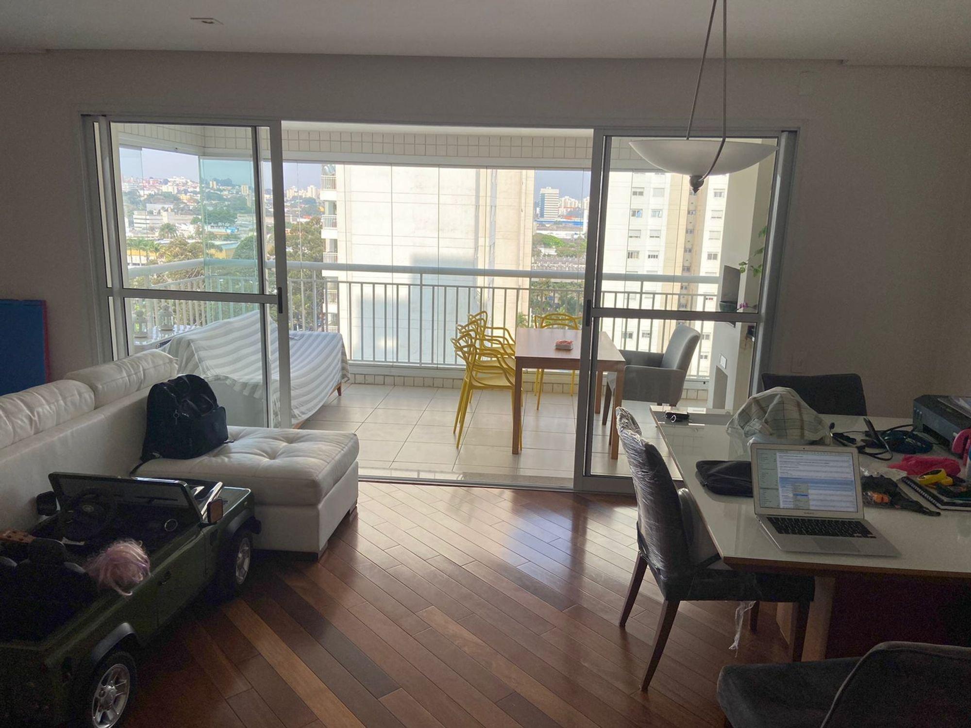 Foto de Sala com sofá, computador portátil, cadeira, mesa de jantar