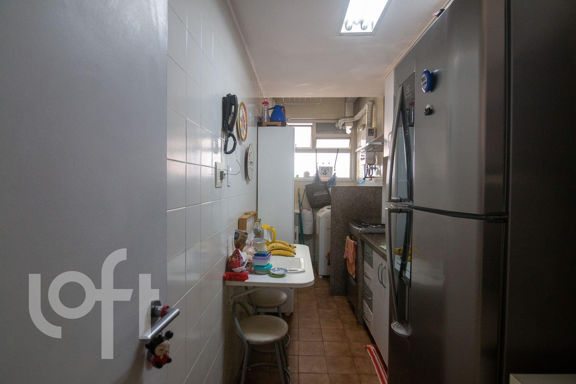 Foto de Cozinha com garrafa, geladeira, cadeira, mesa de jantar