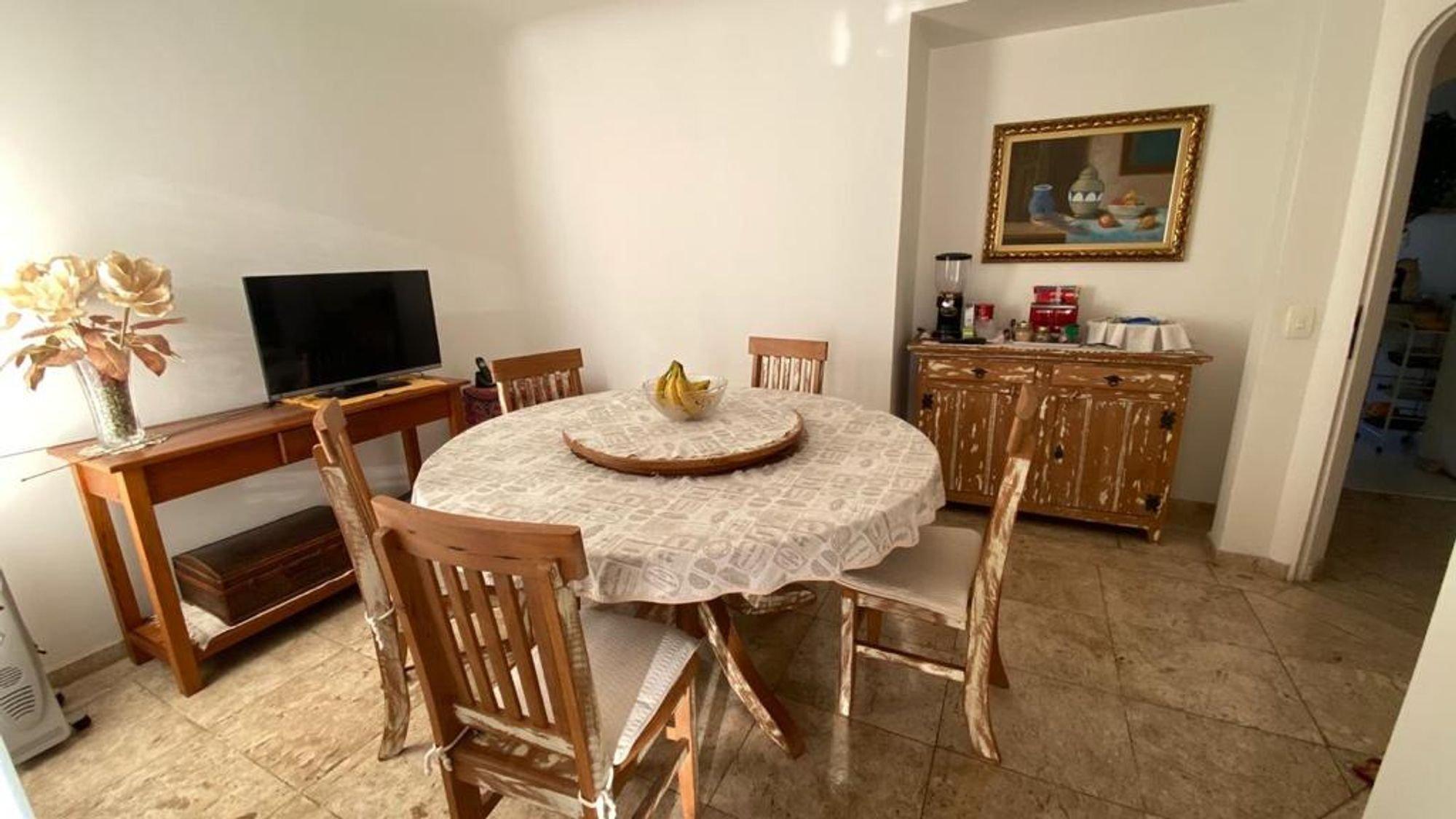 Foto de Sala com televisão, vaso, cadeira, mesa de jantar
