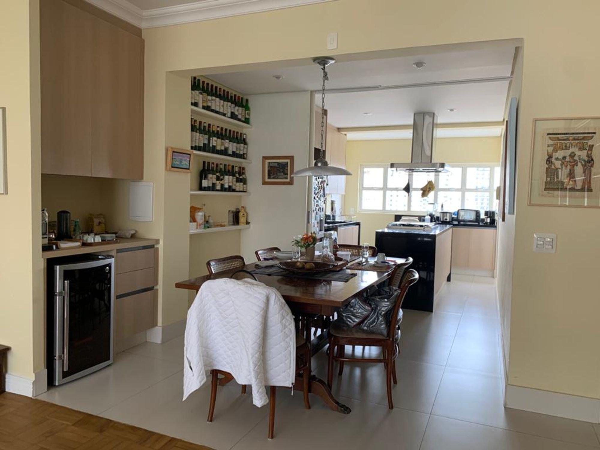 Foto de Cozinha com copo de vinho, vaso, tigela, cadeira