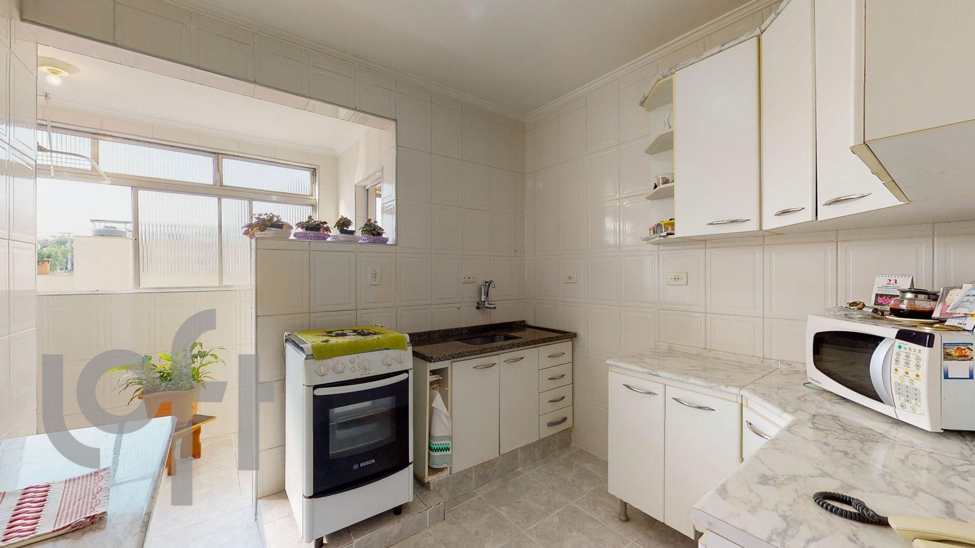 Foto de Cozinha com vaso de planta, faca, forno, microondas