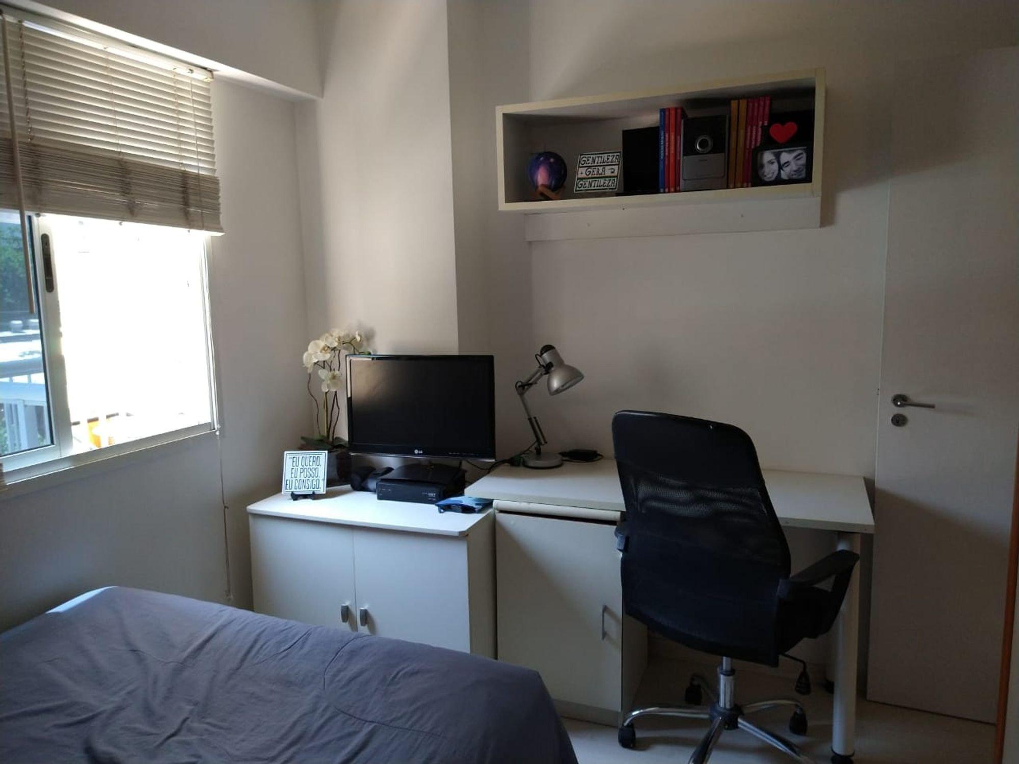 Foto de Sala com cama, mouse, televisão, cadeira