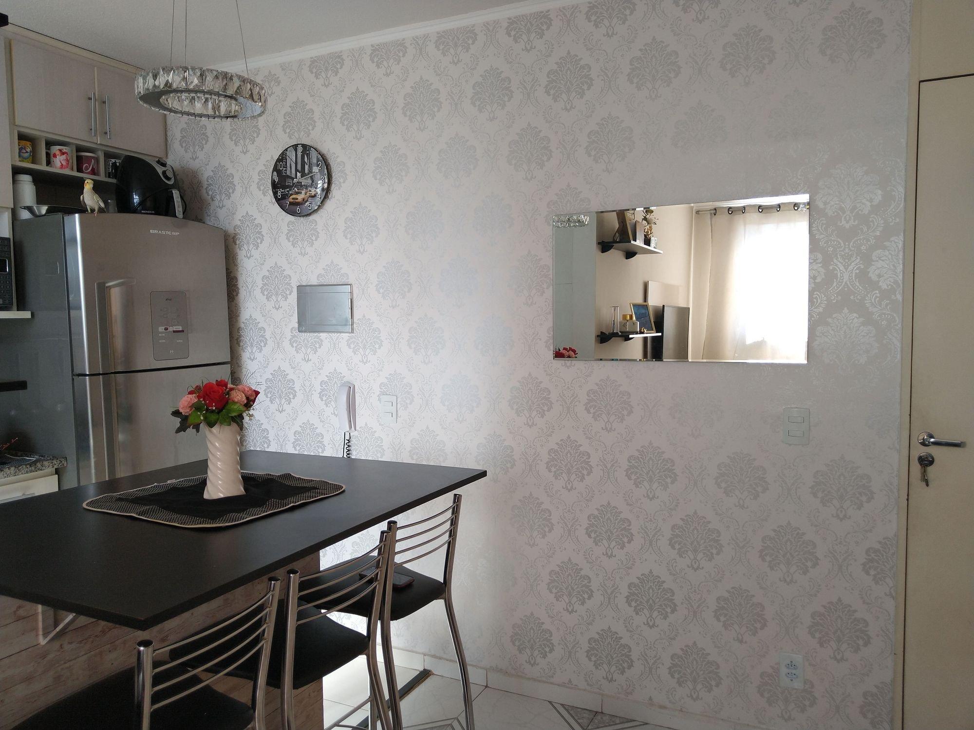 Foto de Hall com vaso, relógio, geladeira, cadeira, mesa de jantar