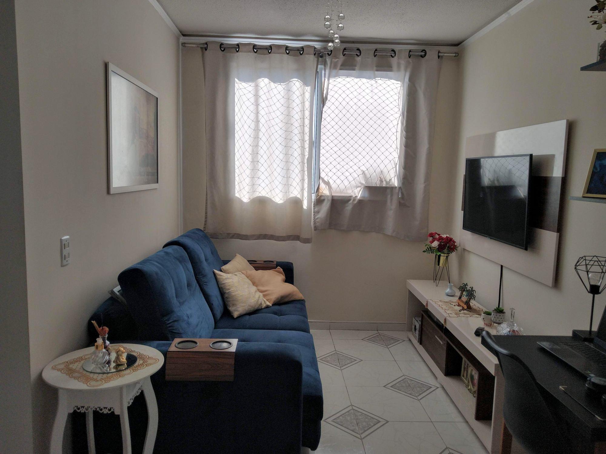 Foto de Sala com teclado, sofá, vaso