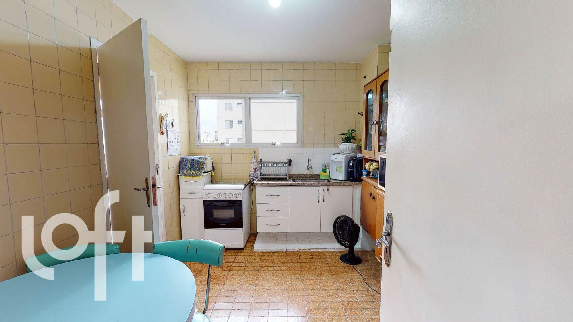 Foto de Cozinha com vaso de planta, garrafa, forno, cadeira, mesa de jantar