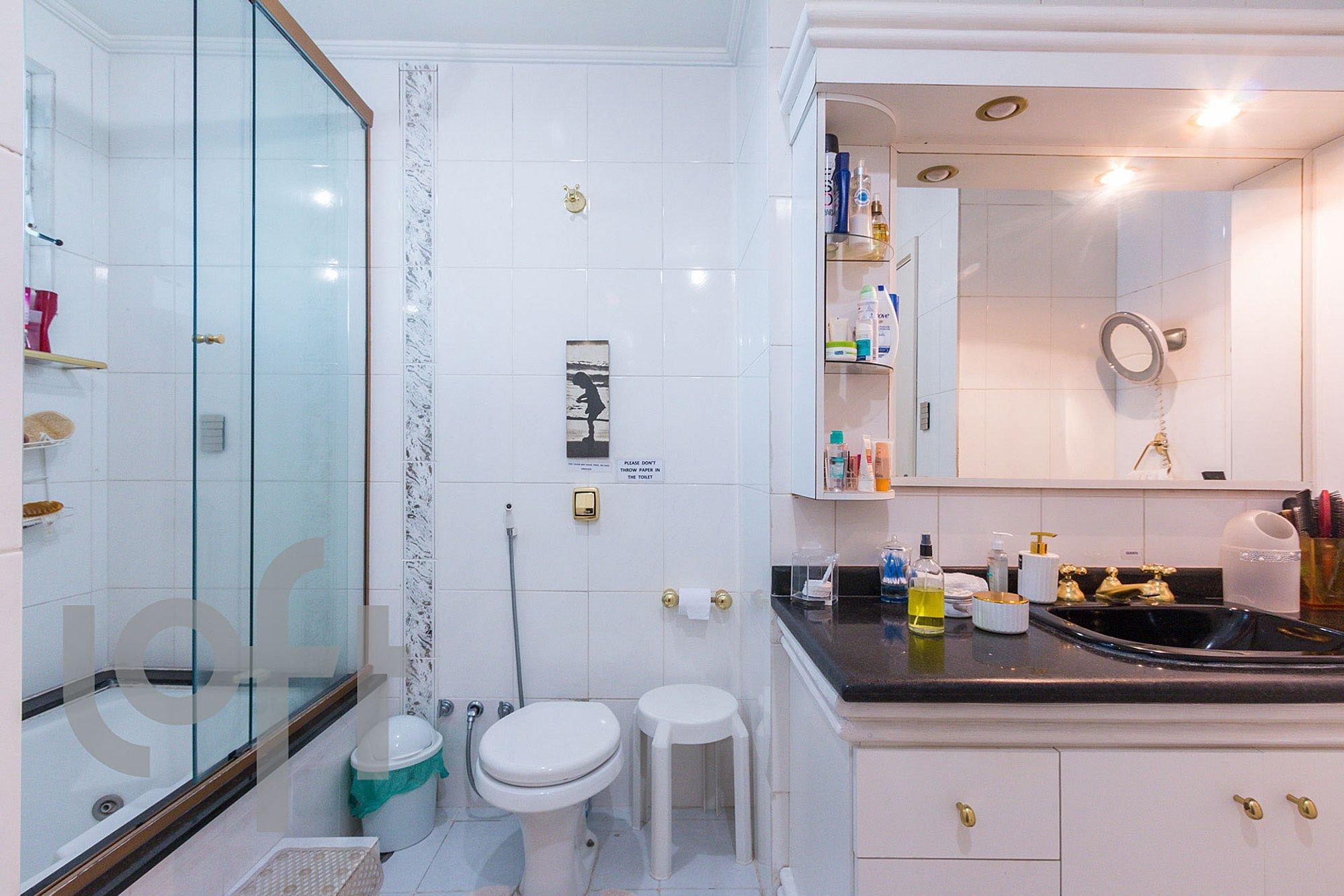 Foto de Banheiro com faca, vaso sanitário, garrafa, pia