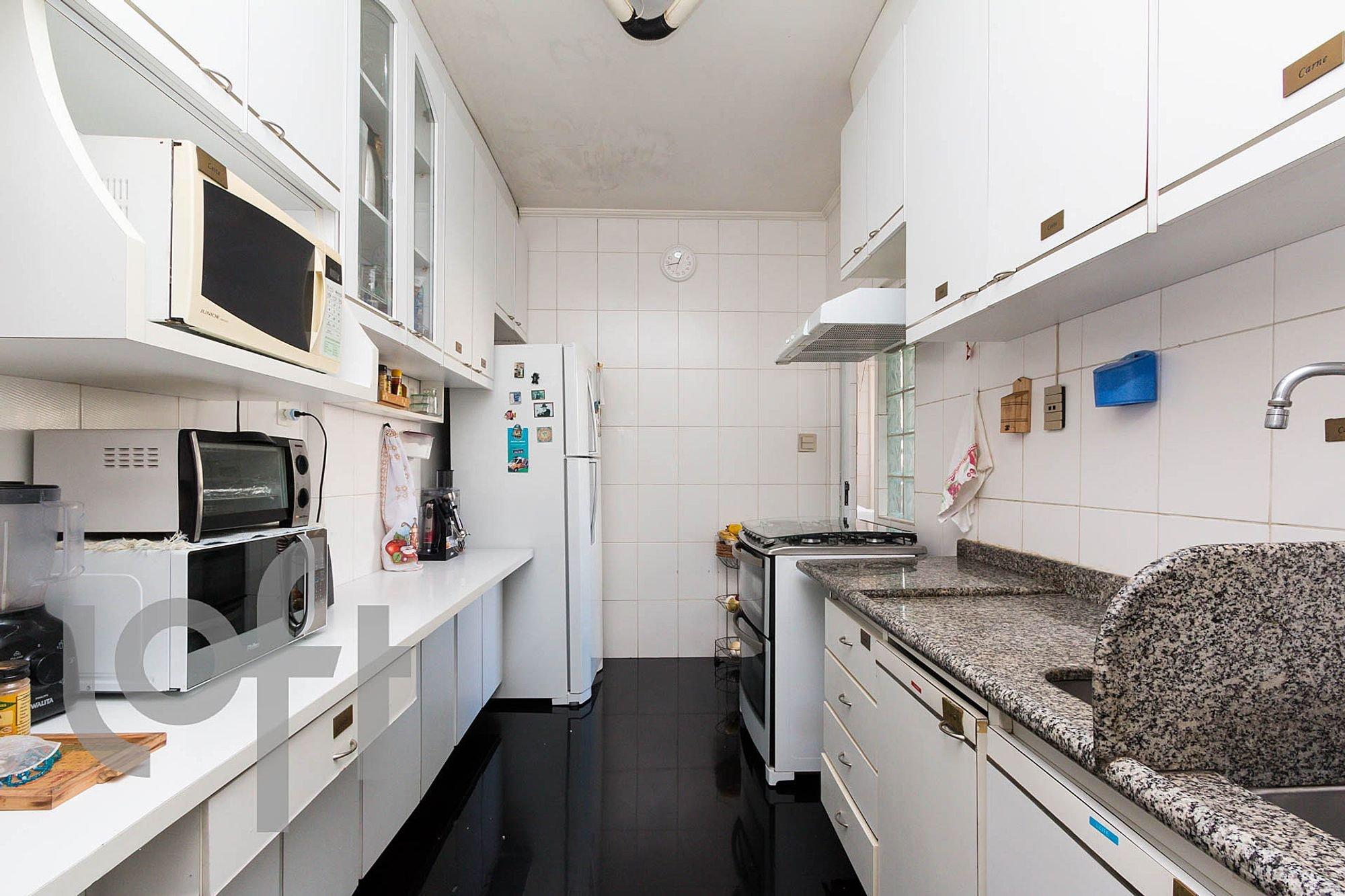 Foto de Cozinha com forno, geladeira, microondas