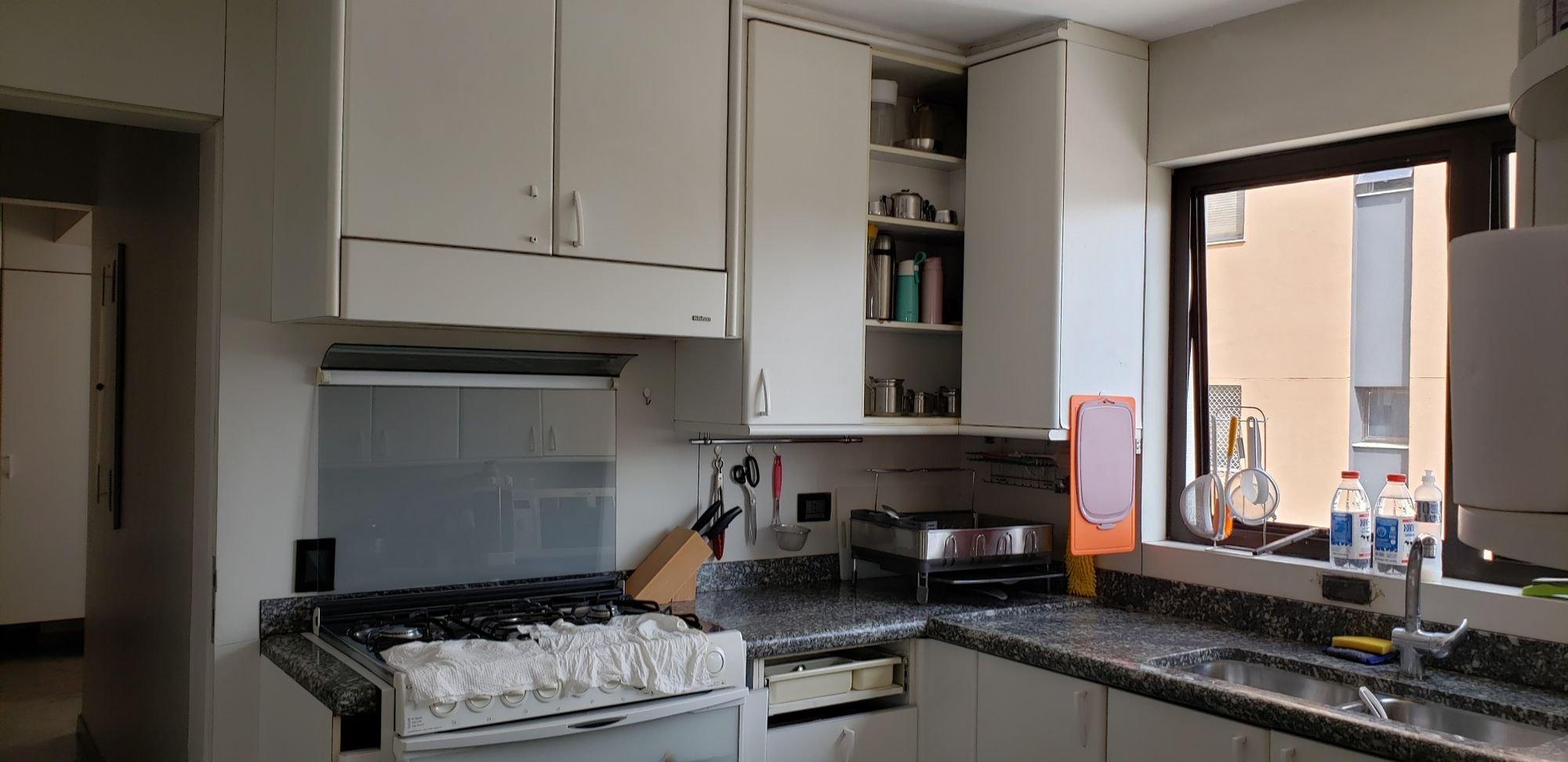 Foto de Cozinha com forno, televisão, garrafa