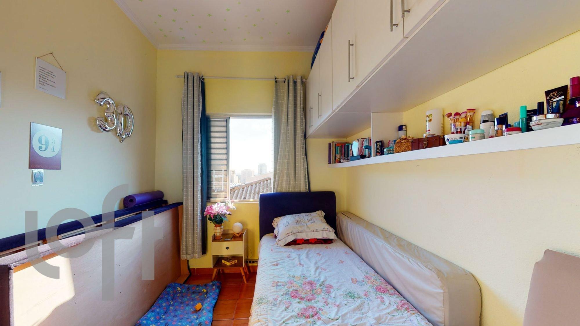 Foto de Quarto com cama, vaso, livro