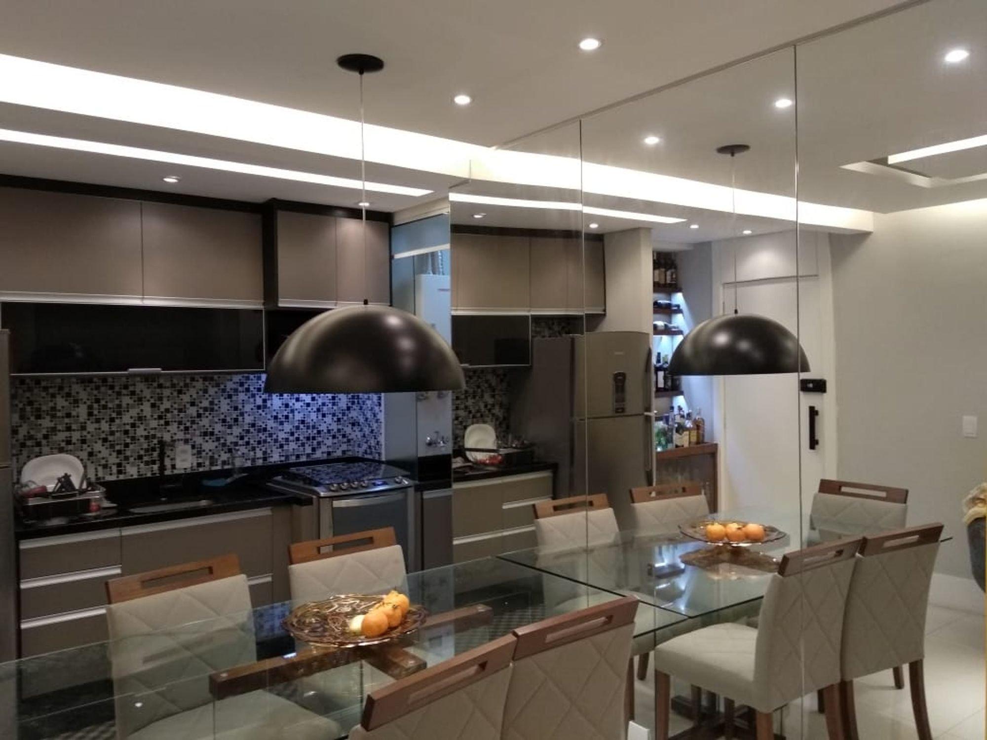 Foto de Cozinha com tigela, geladeira, cadeira, mesa de jantar