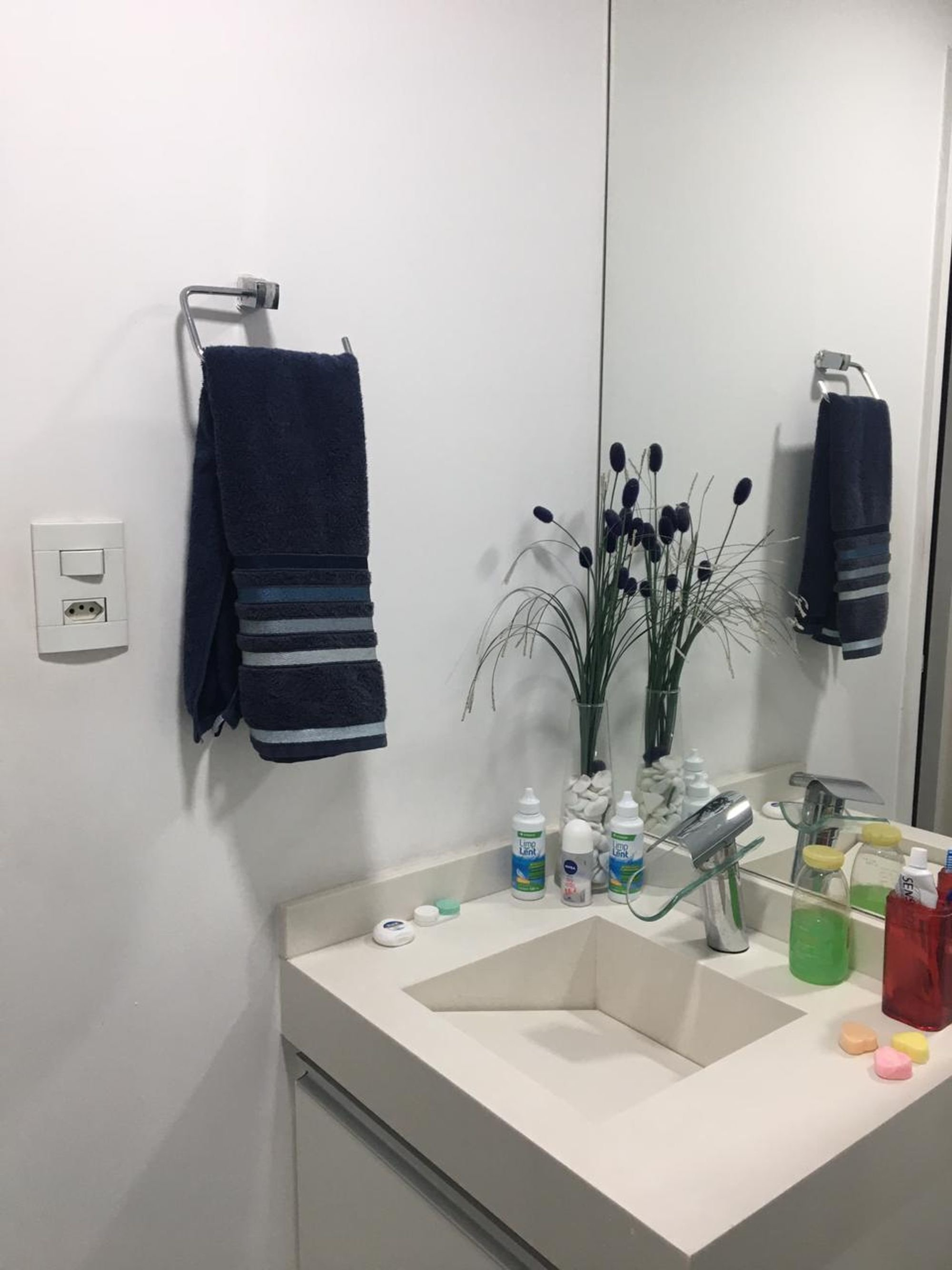Foto de Banheiro com vaso de planta, vaso, garrafa, pia