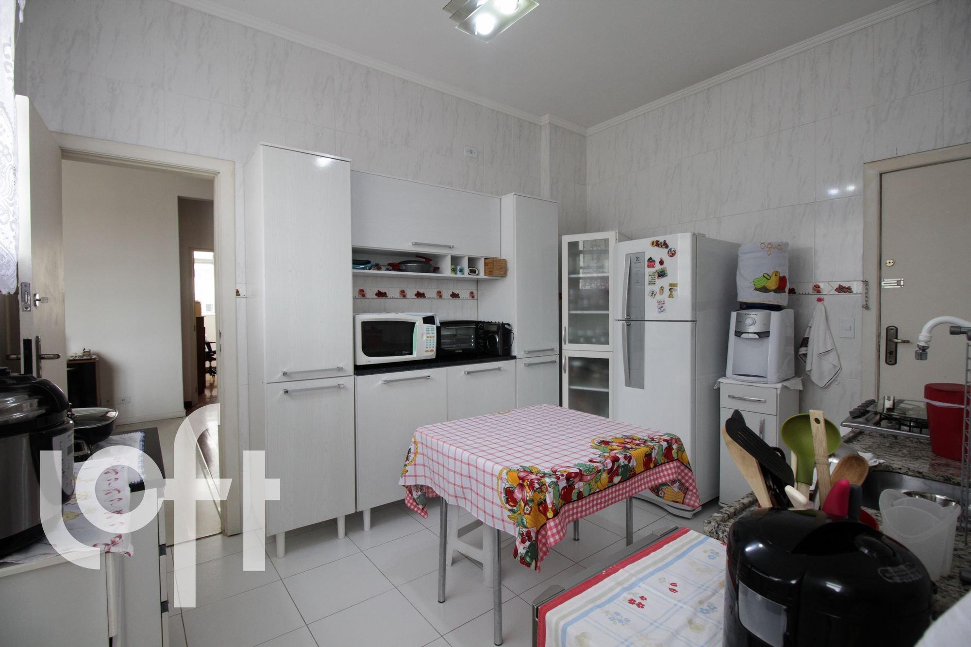 Foto de Cozinha com torradeira, geladeira, microondas, mesa de jantar