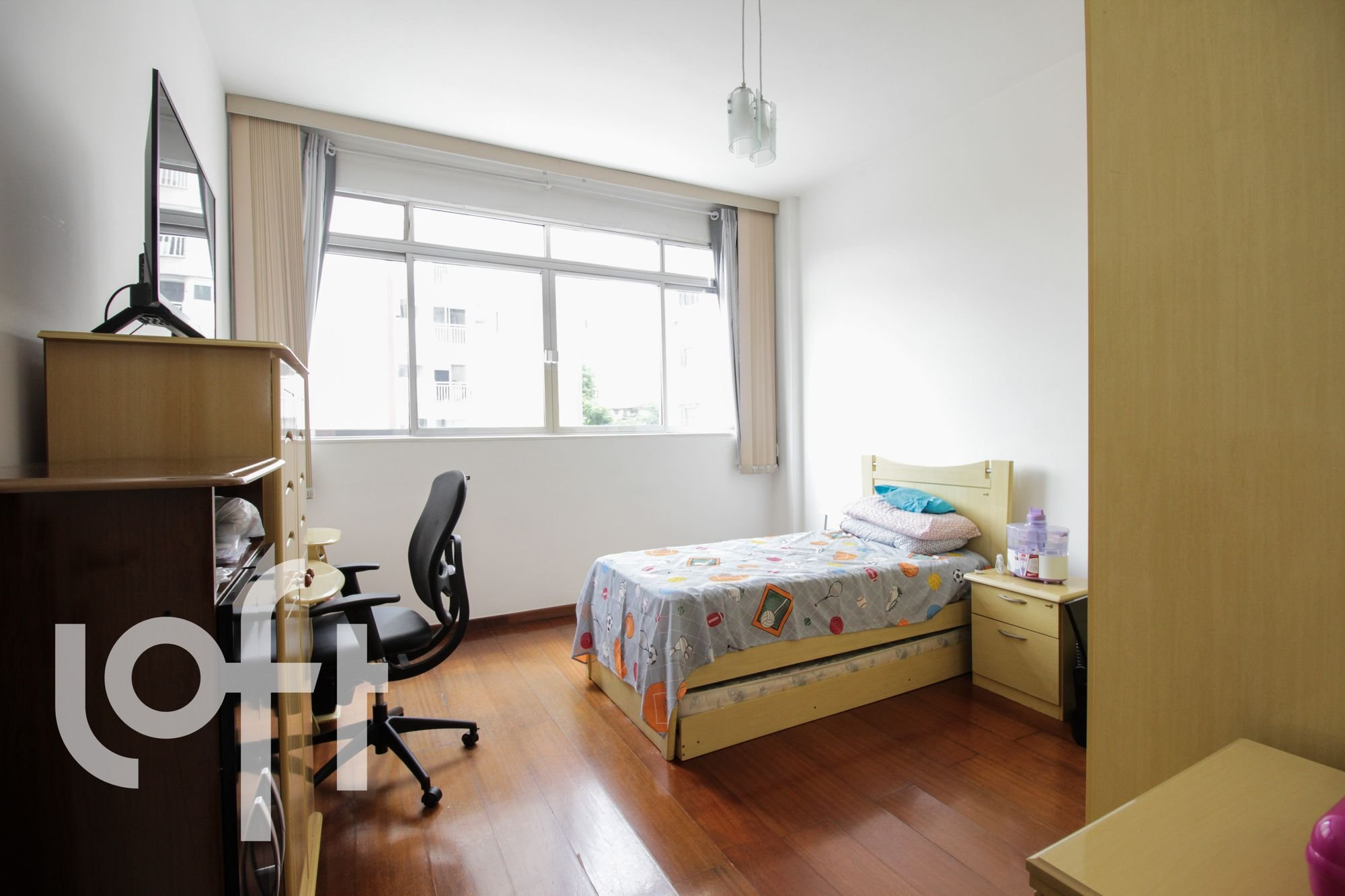 Foto de Quarto com cama, garrafa, cadeira, mesa de jantar