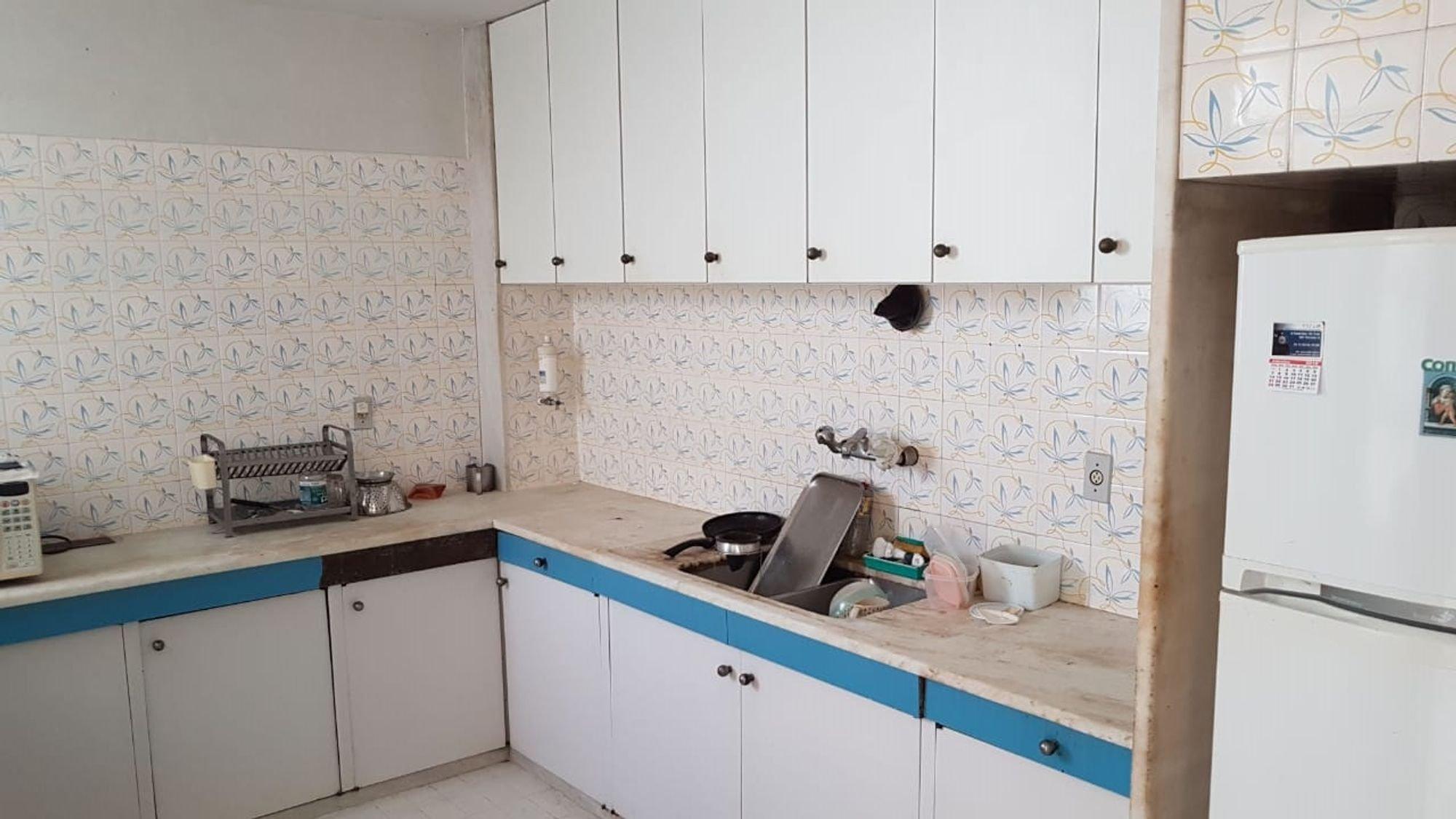 Foto de Cozinha com geladeira, microondas, xícara