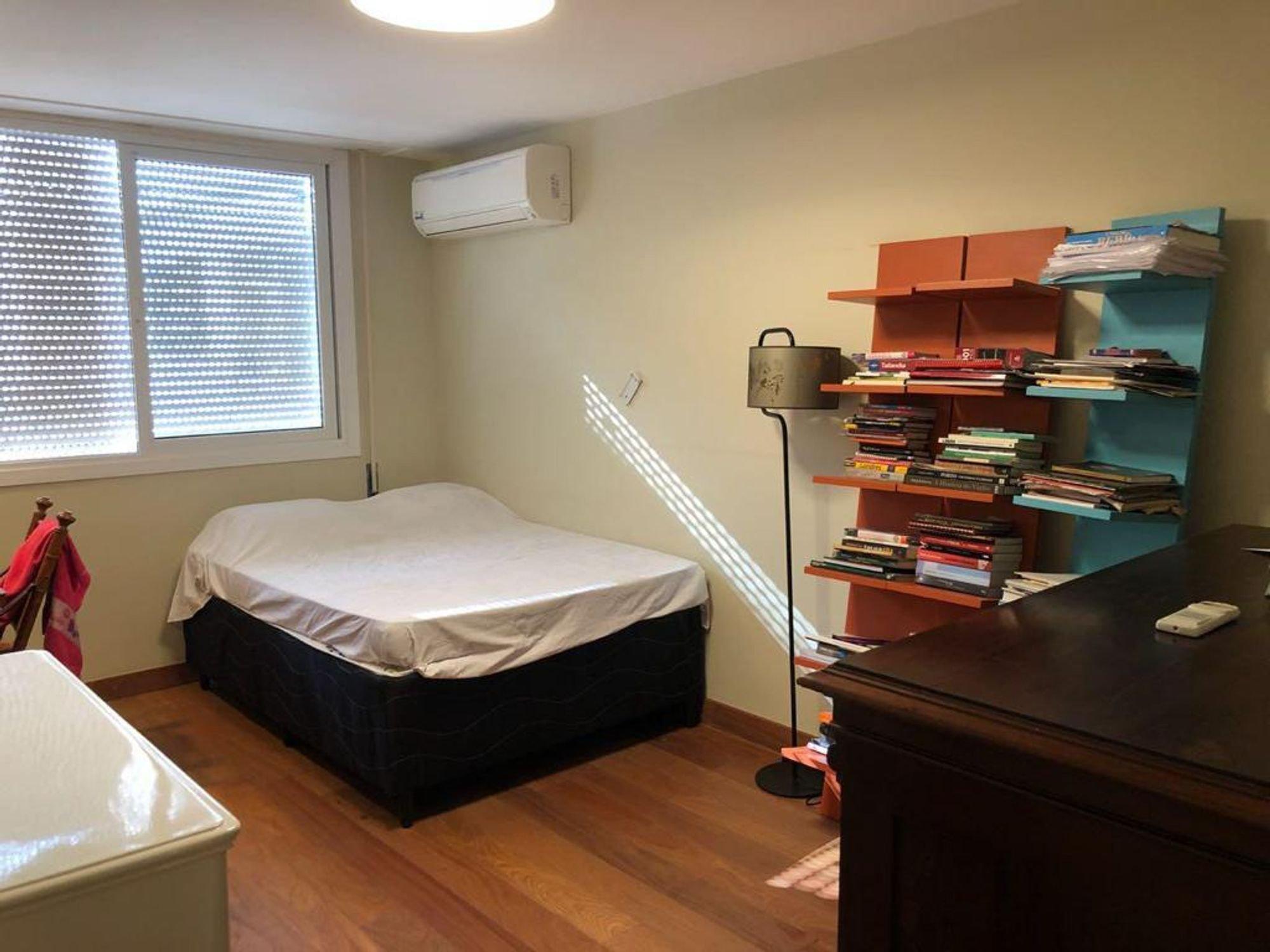 Foto de Quarto com cama, celular, livro