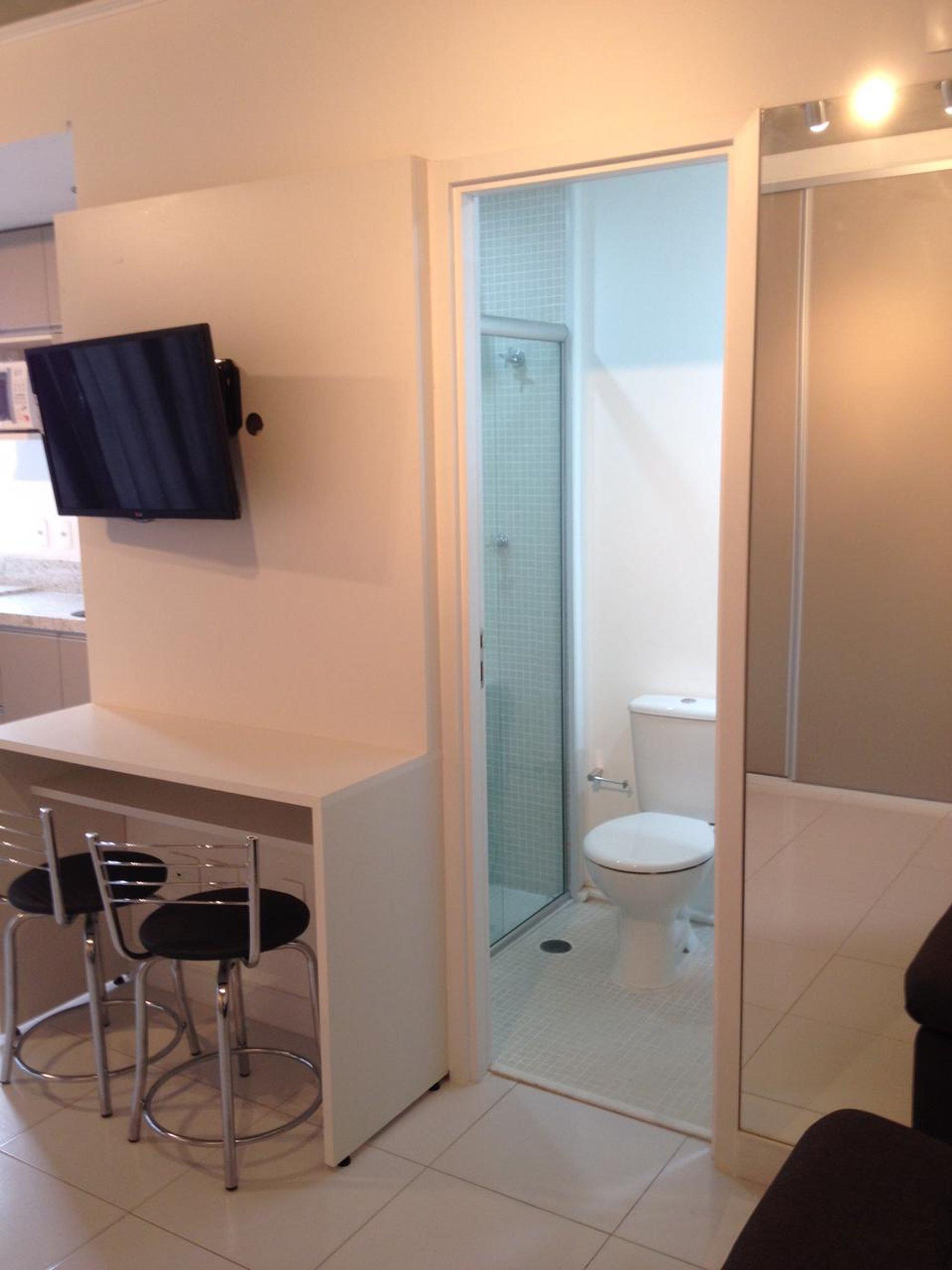 Foto de Banheiro com vaso sanitário, cadeira