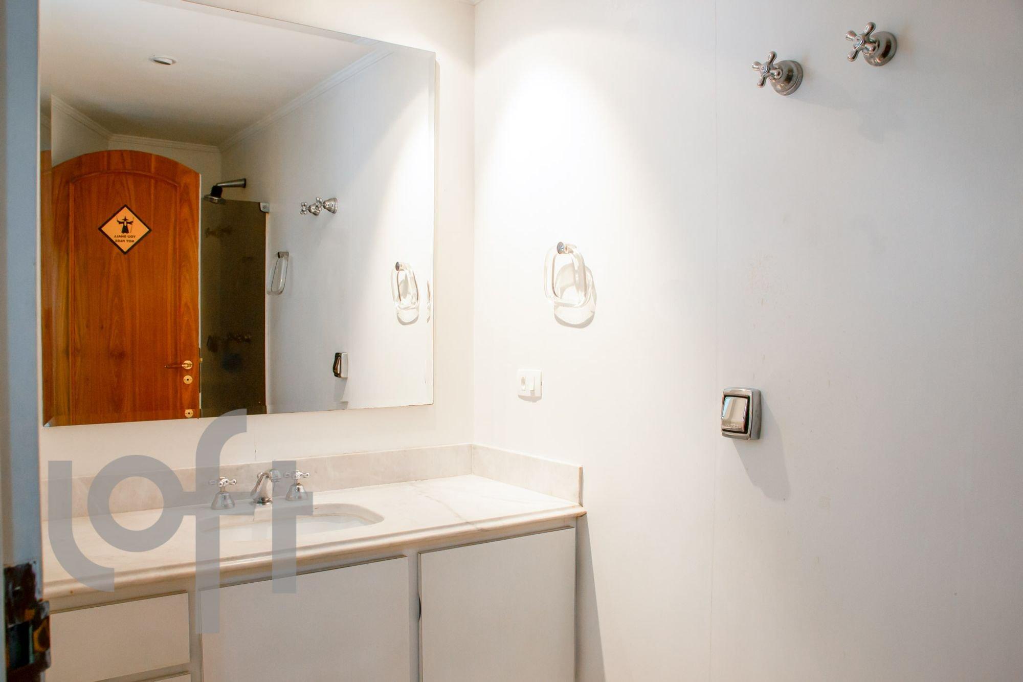 Foto de Banheiro com escova de dente, vaso sanitário, tigela, pia