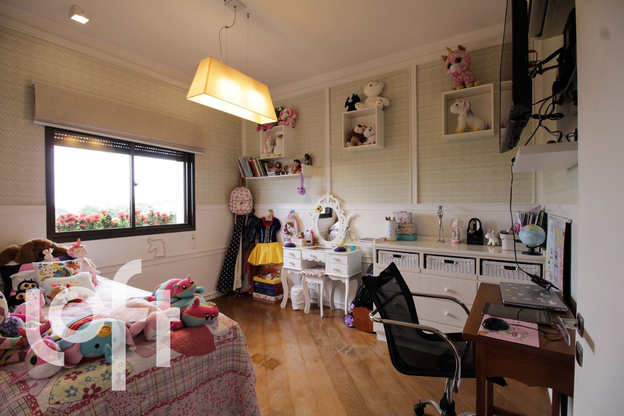 Foto de Quarto com computador portátil, mouse, cadeira