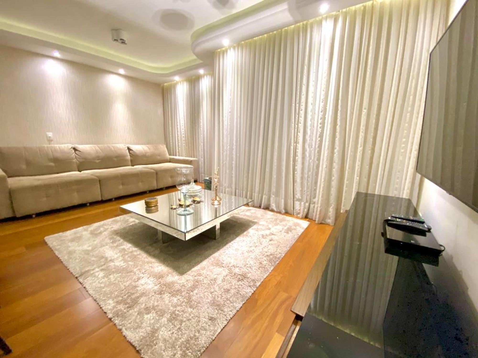 Foto de Sala com sofá, xícara