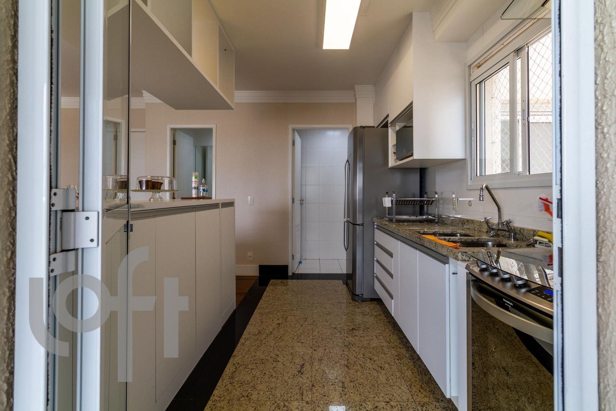 Foto de Cozinha com televisão, garrafa, geladeira, pia